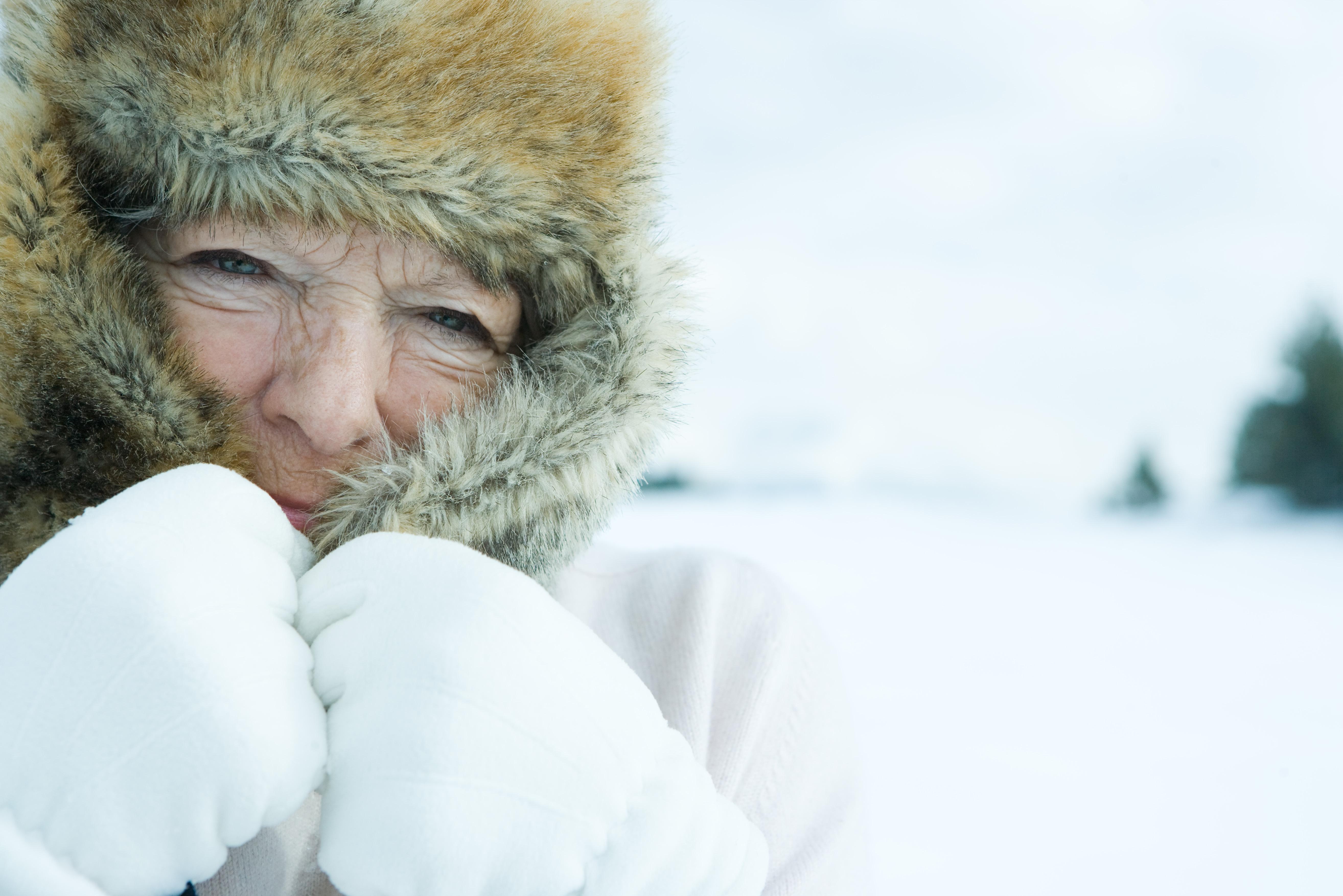 Klä dig varmt och undvik ansträngning är rådet i kylan för dig som ligger i riskzonen för hjärtinfarkt.