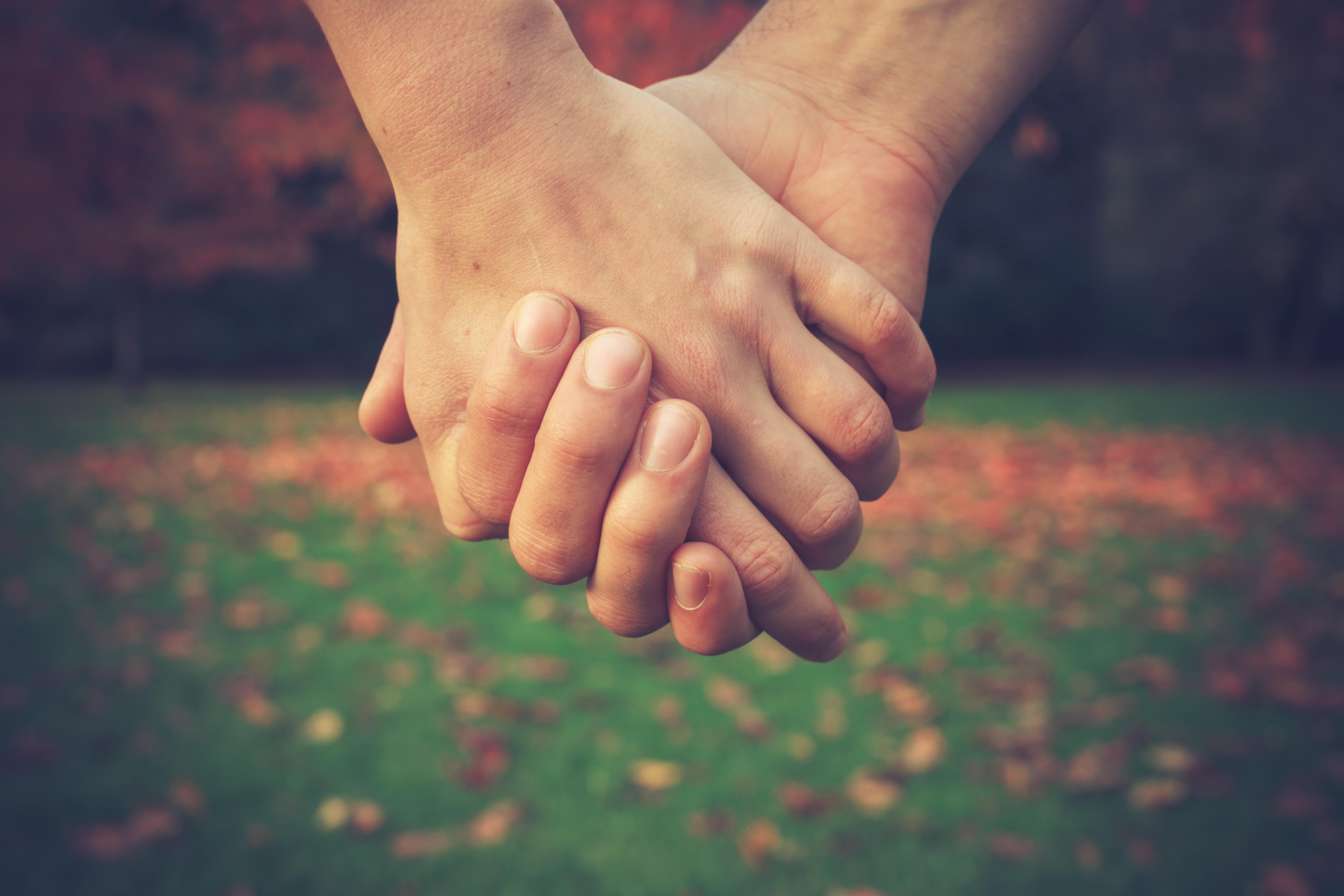 Ju närmare relation vi har, desto mindre energi räknar hjärnan med att behöva förbruka.