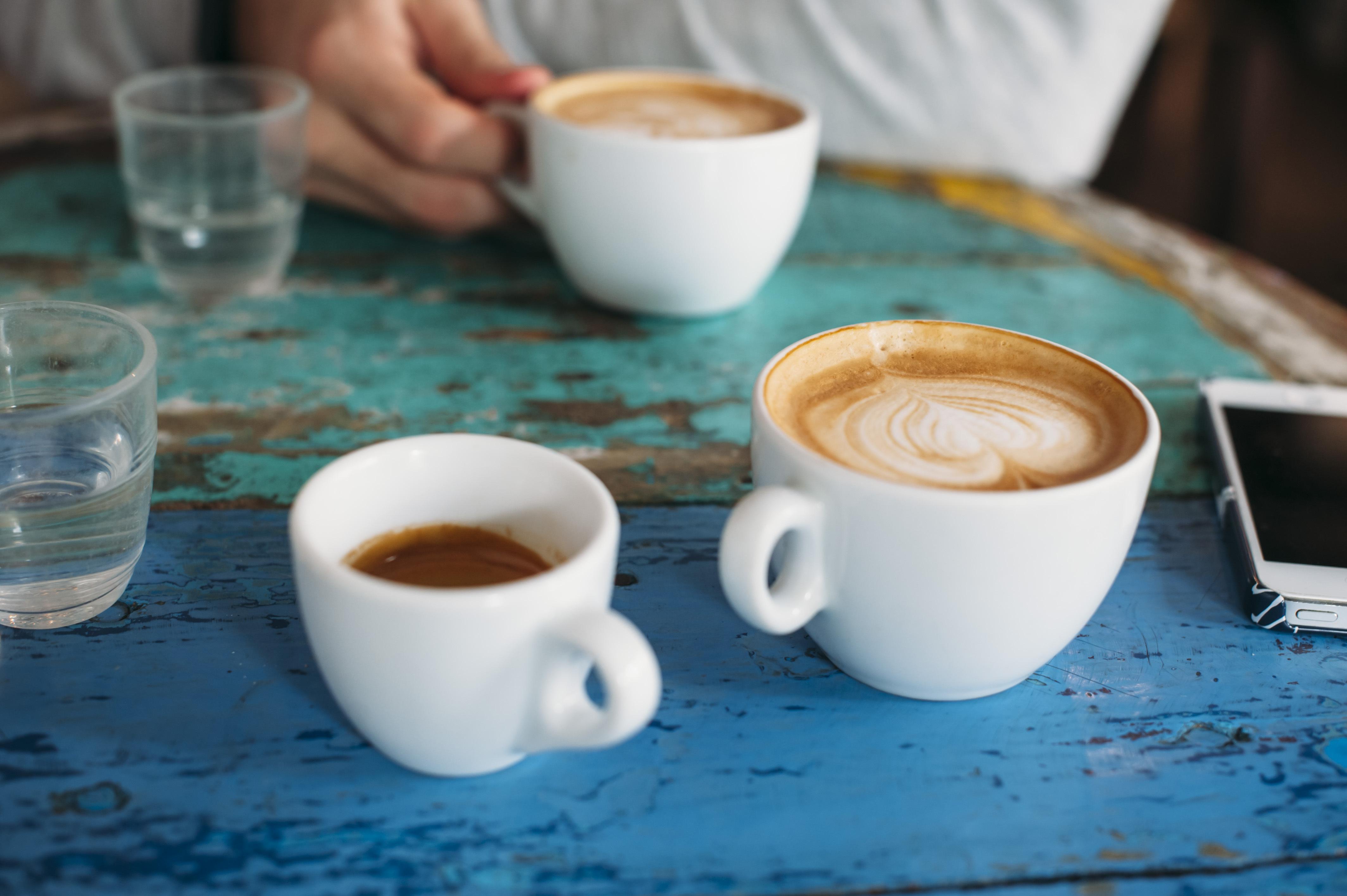 Rekommendationen från EU:s livsmedelsmyndighet EFSA är max 400 milligram per dag vilket motsvarar fyra koppar espresso.