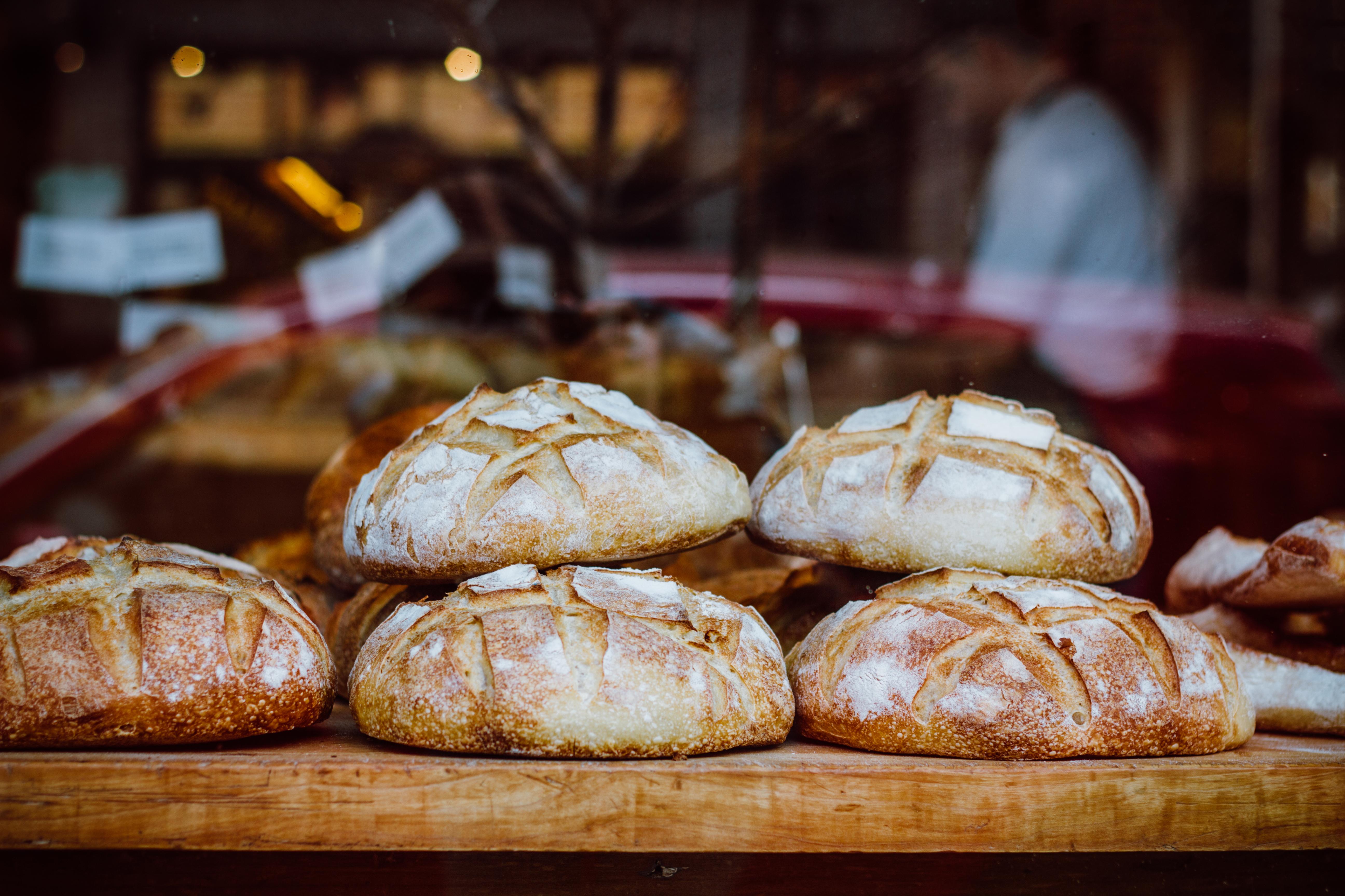 Bröd och bageriprodukter inehåller en högre halt av gluten numera beroende på att degen får jäsa kortare tid.