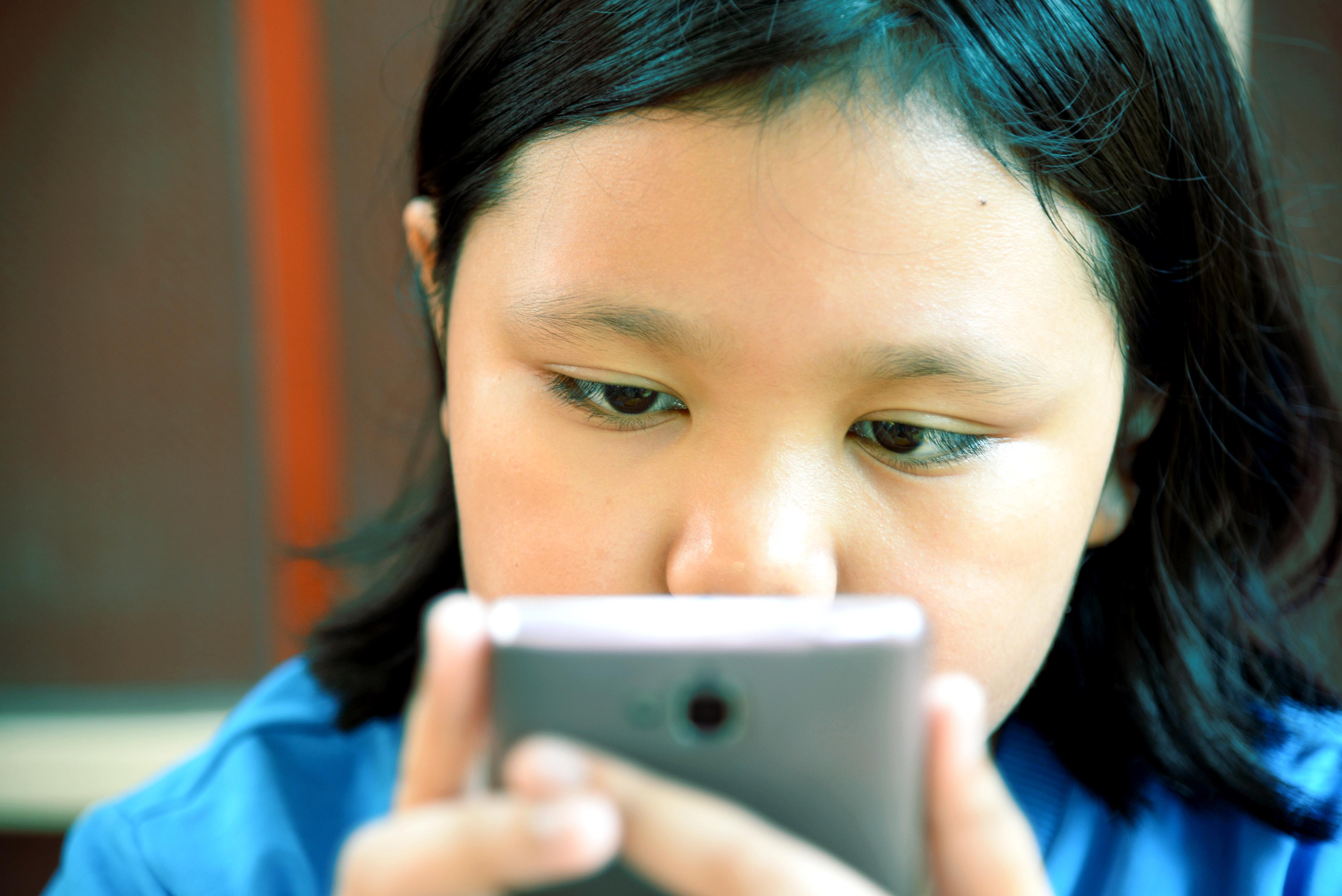 När man håller sin smartphone på 10-15 centimeters avstånd från ögat krampar muskeln i ögat fast och en falsk närsynthet uppstår.
