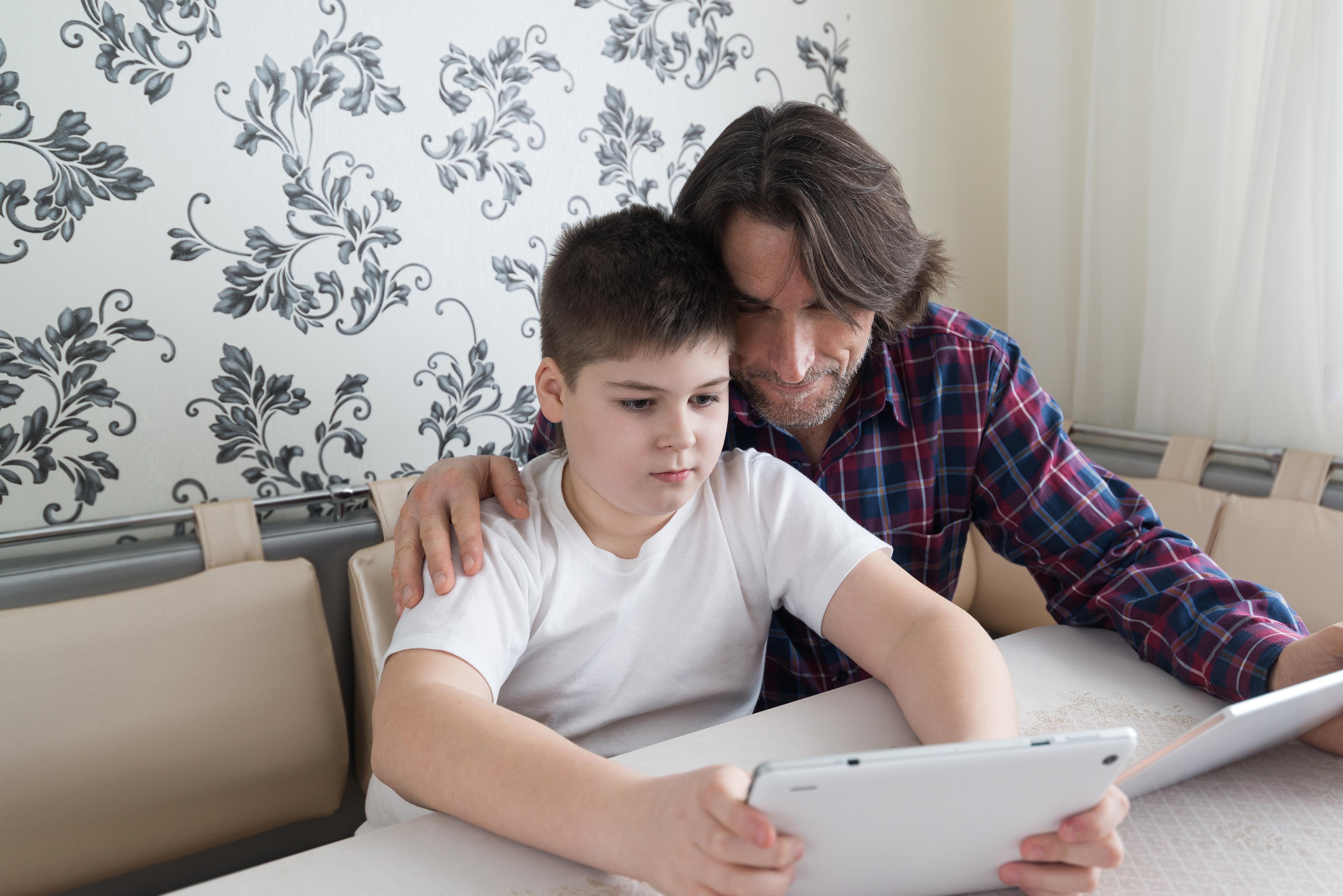 Att be barnet lära en hur det fungerar kan göra att man får större insyn i vad som pågår på nätet.