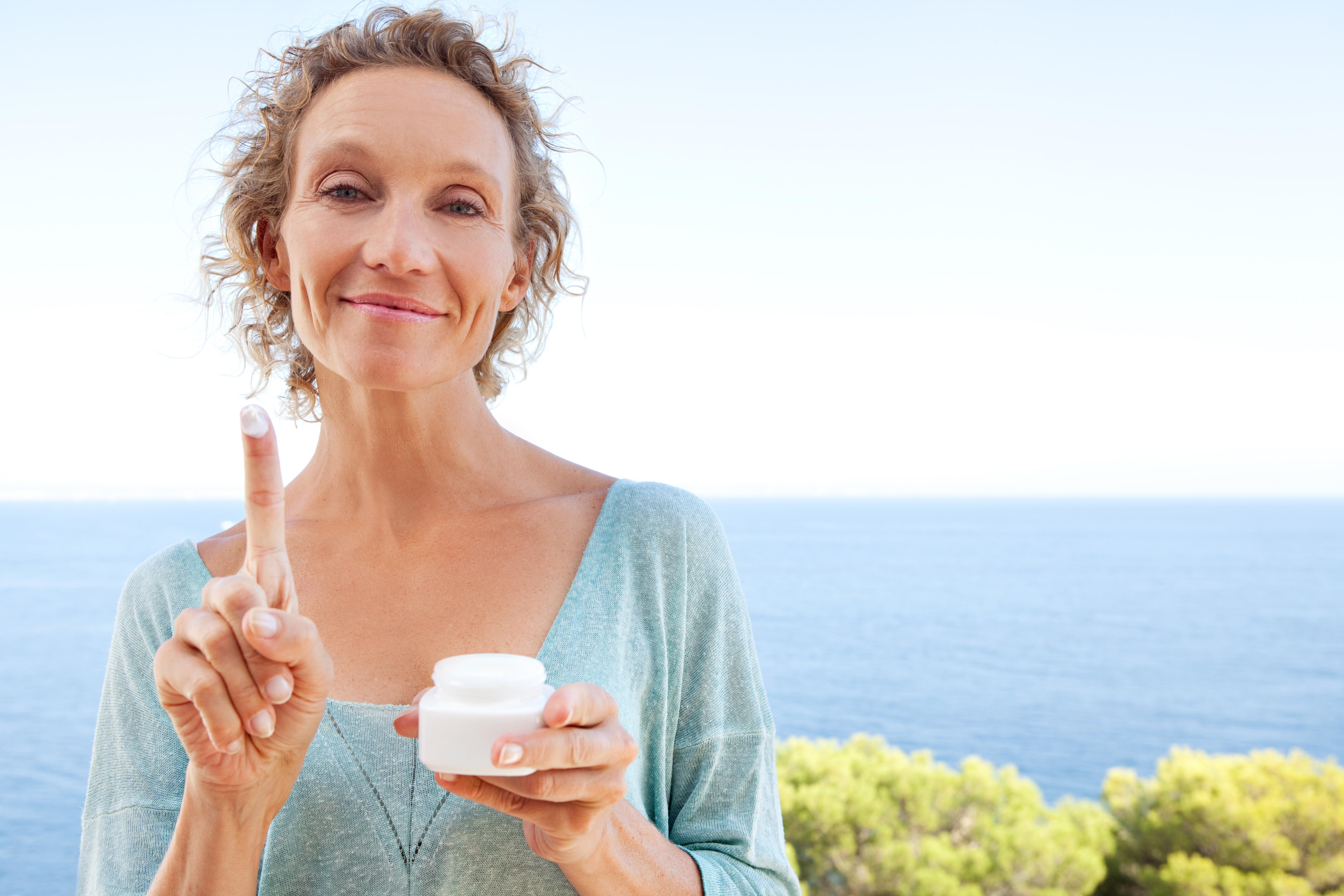 Klassiska tecken på att kroppen och huden blivit äldre är exempelvis åldersfläckar eller att huden är torr och mindre elastisk än tidigare.