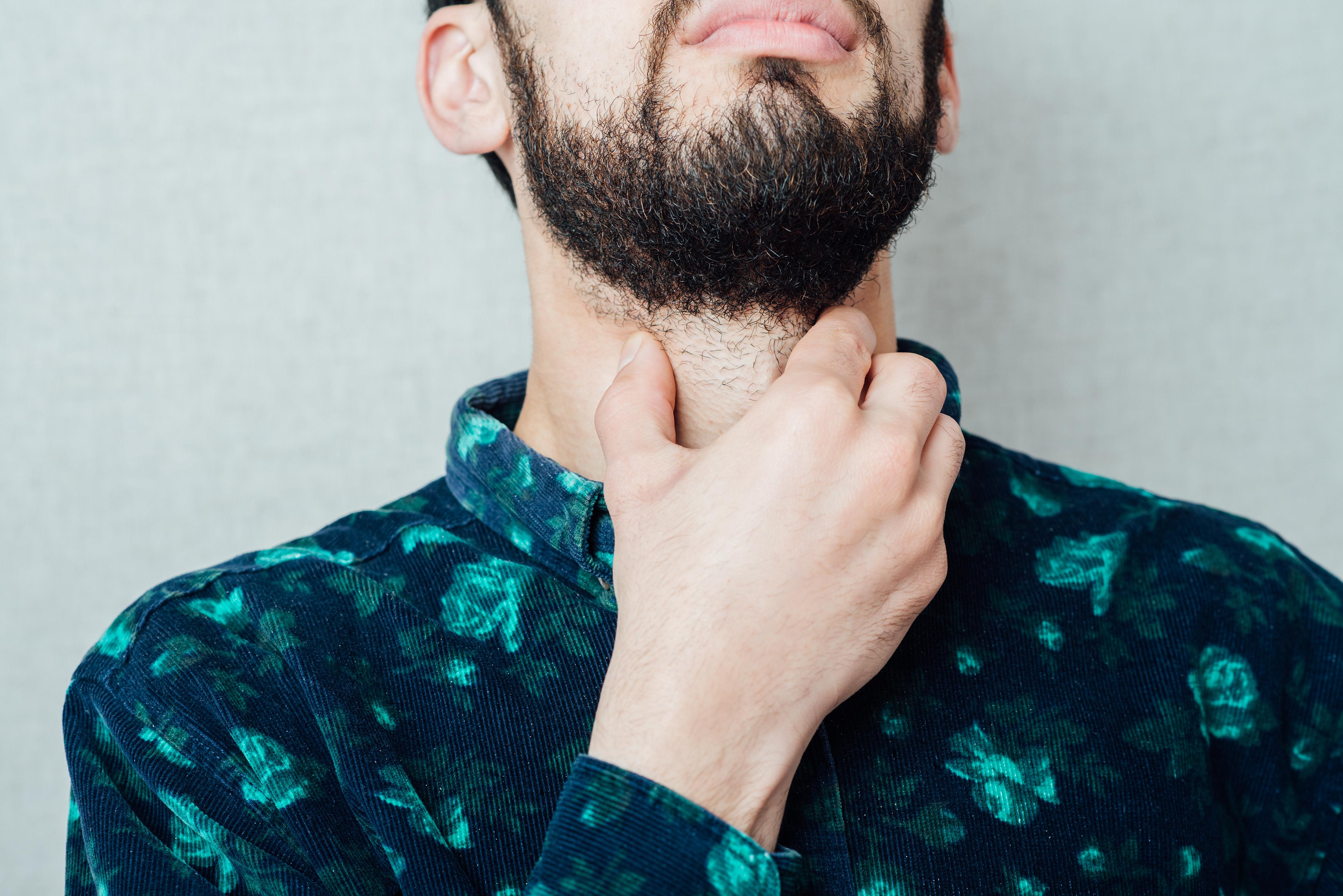 Halsont är ett symtom vid halsfluss som leder till att du får rejält ont i halsen och även svårigheter att svälja på grund av att det uppstår smärta och svullnad i svalget.