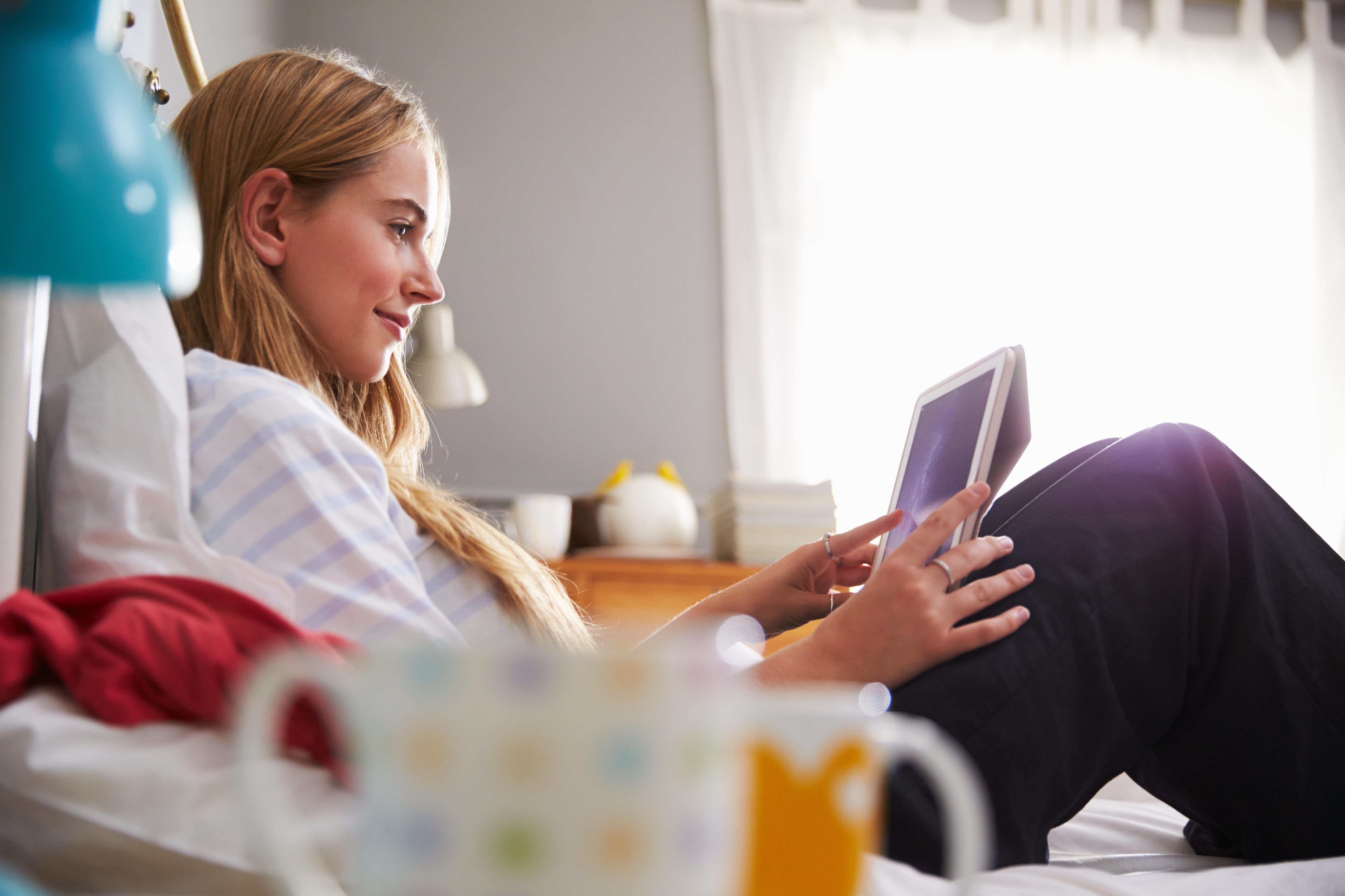 Att välja bort studier och familj och vänner kan vara tecken på internetmissbruk, något som kan börja sakta för att sedan eskalera.