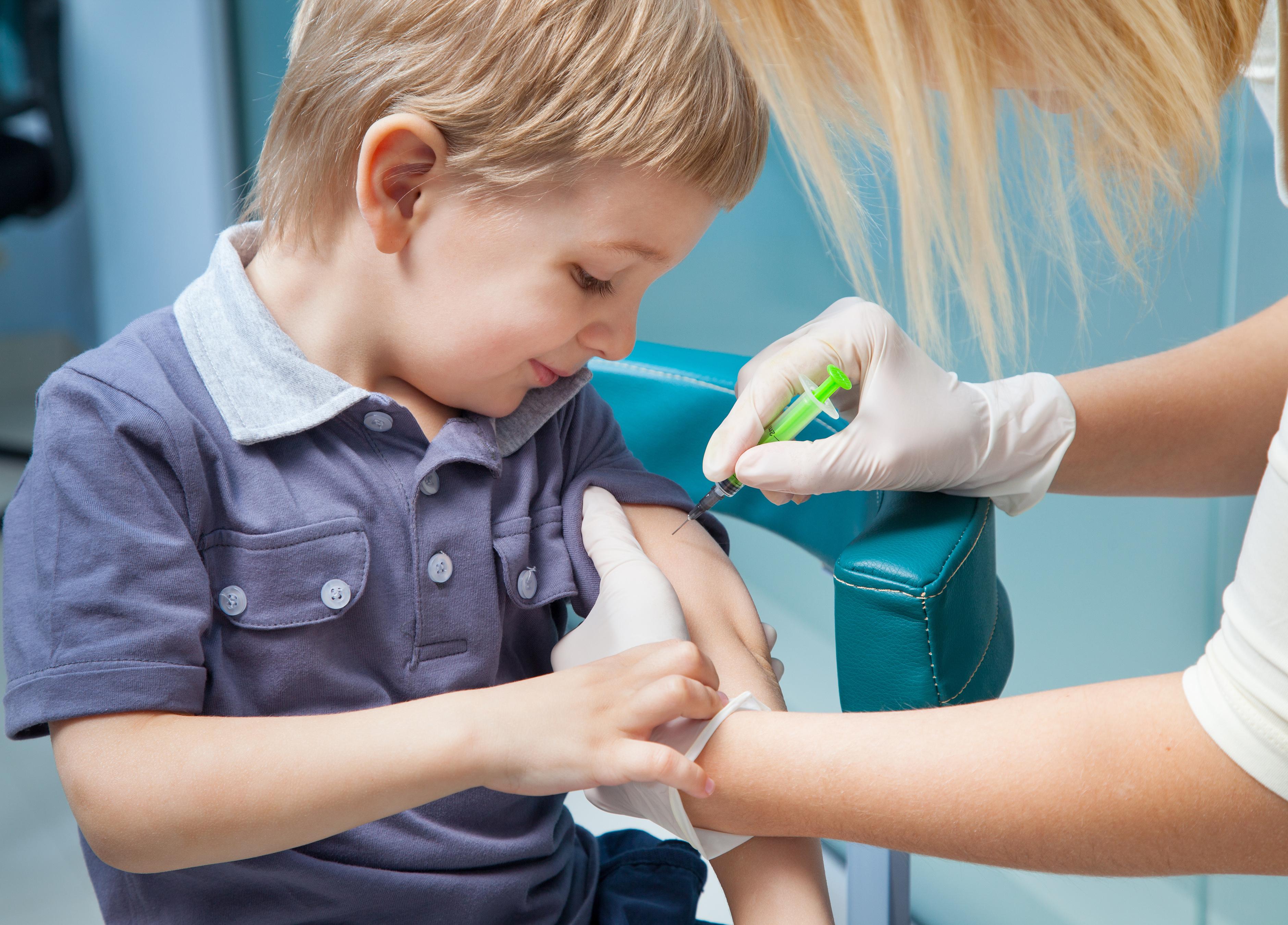 Genom att informera och lyssna till barnet kan man hjälpa många barn att komma över sin rädsla för nålstick i vården.