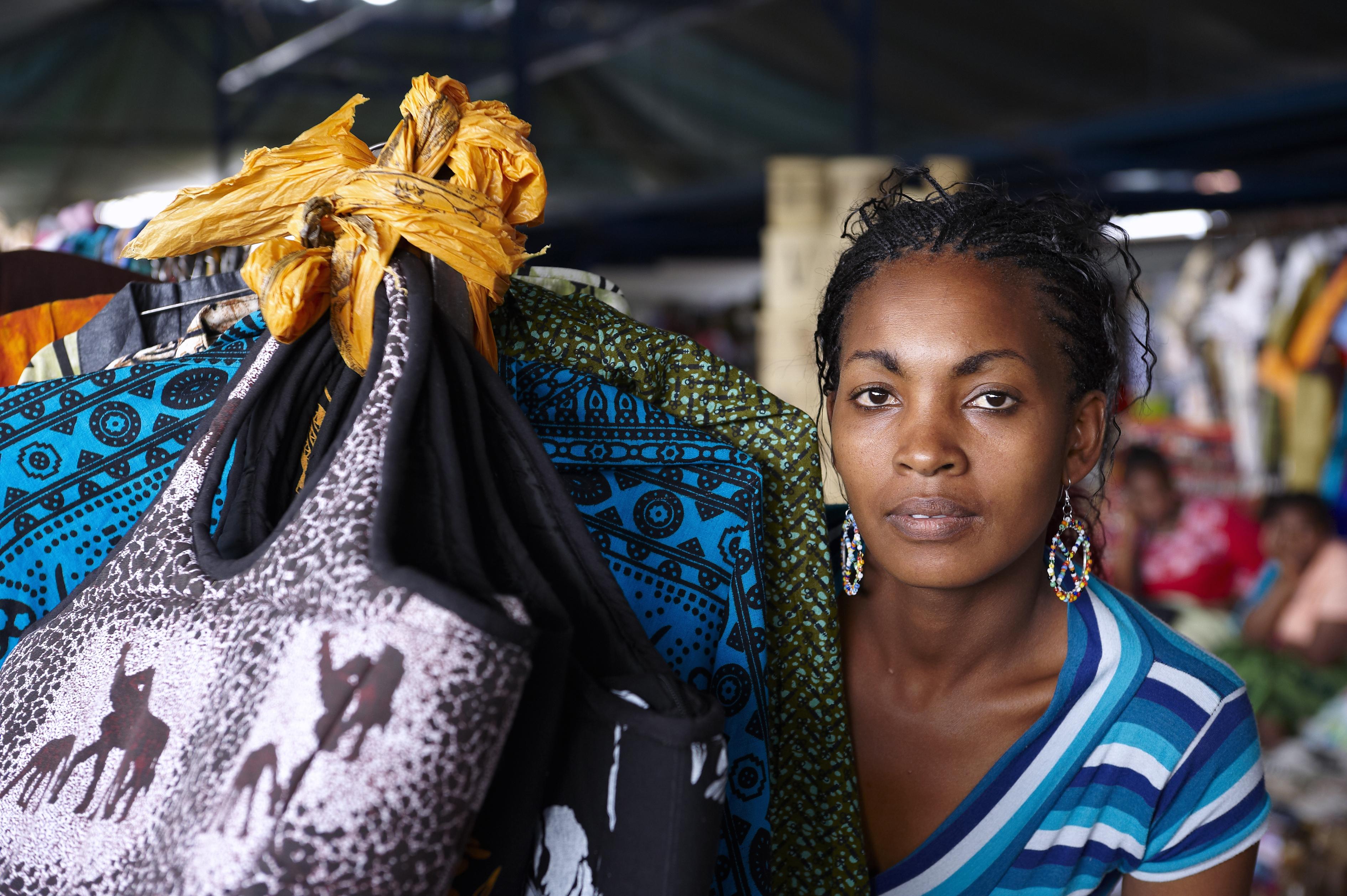 I vissa låginkomstländer står valet mellan mat på bordet eller mensskydd.