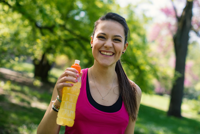 Sportdrycker är en av de drycker som orsakar frätskador på tänderna hos unga.