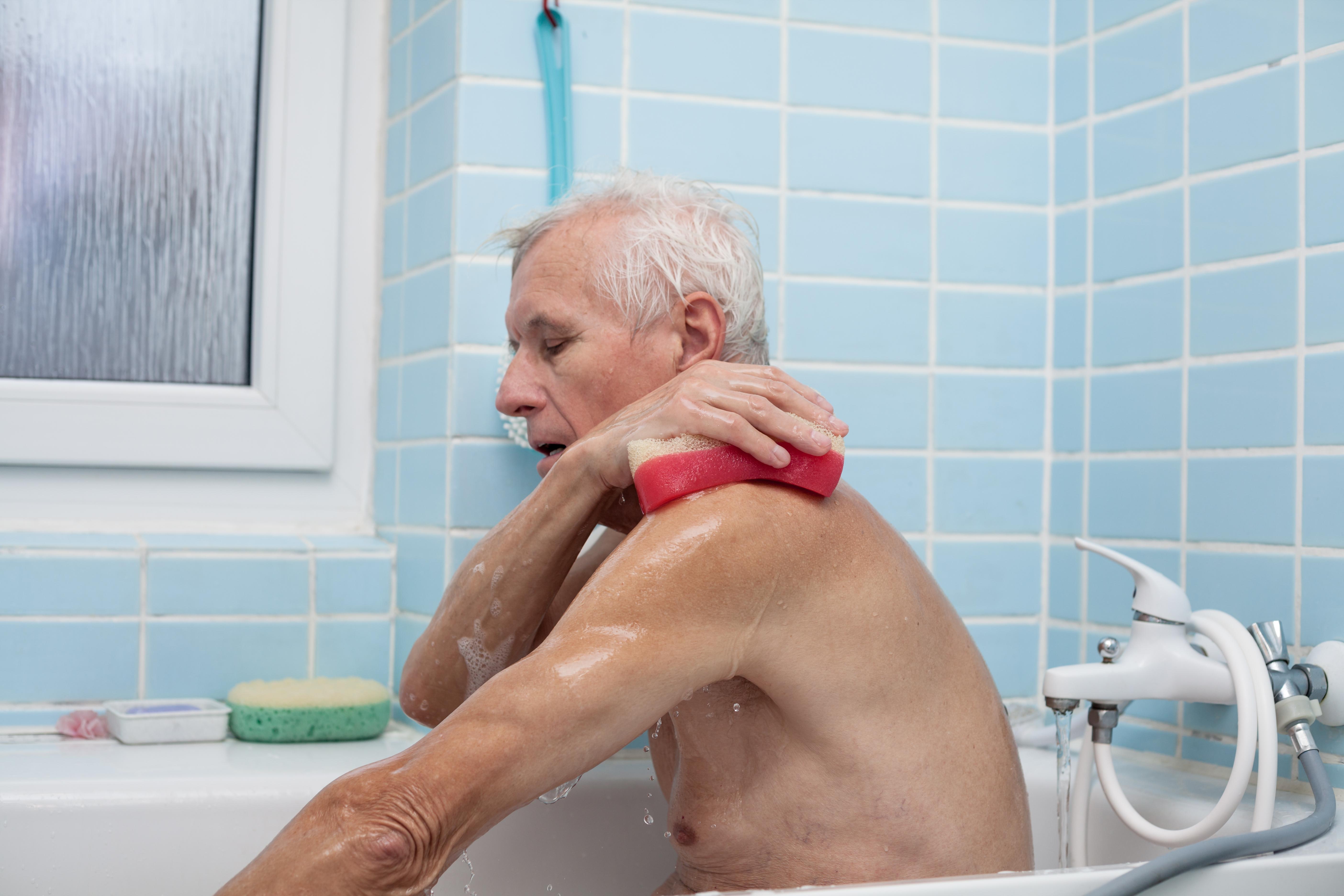 Undvik överdrivet tvättande, skrubbande och exfolierande. Det rubbar hudens skydd mot omgivningens belastning.
