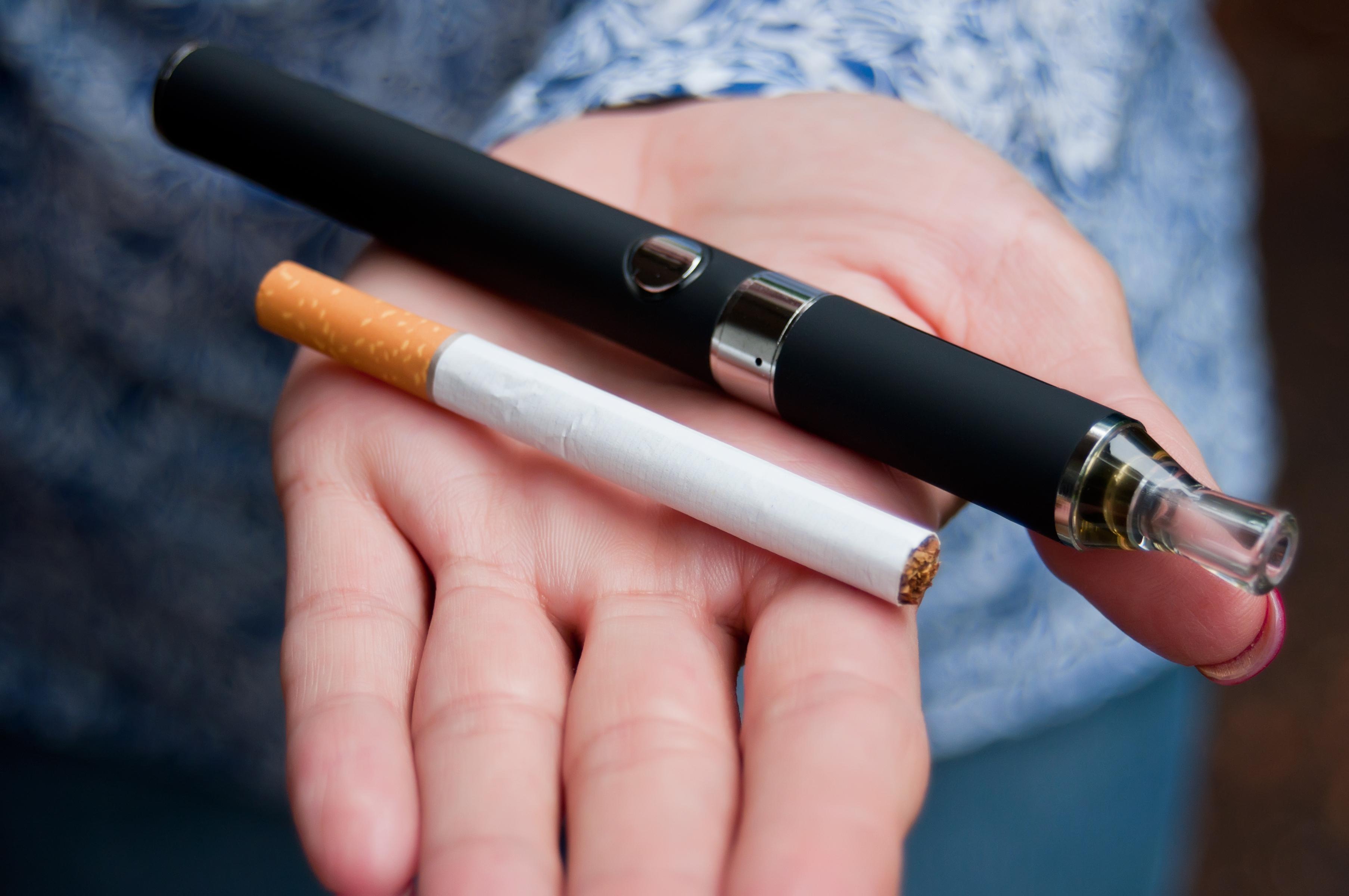Det har länge debatterats huruvida e-cigaretter ökar risken att börja röka vanliga cigaretter.
