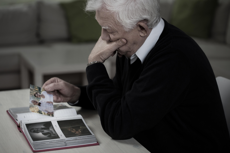 De vanligaste symtomen och tecken vid Alzheimers sjukdom är smygande debut och långsam försämring.