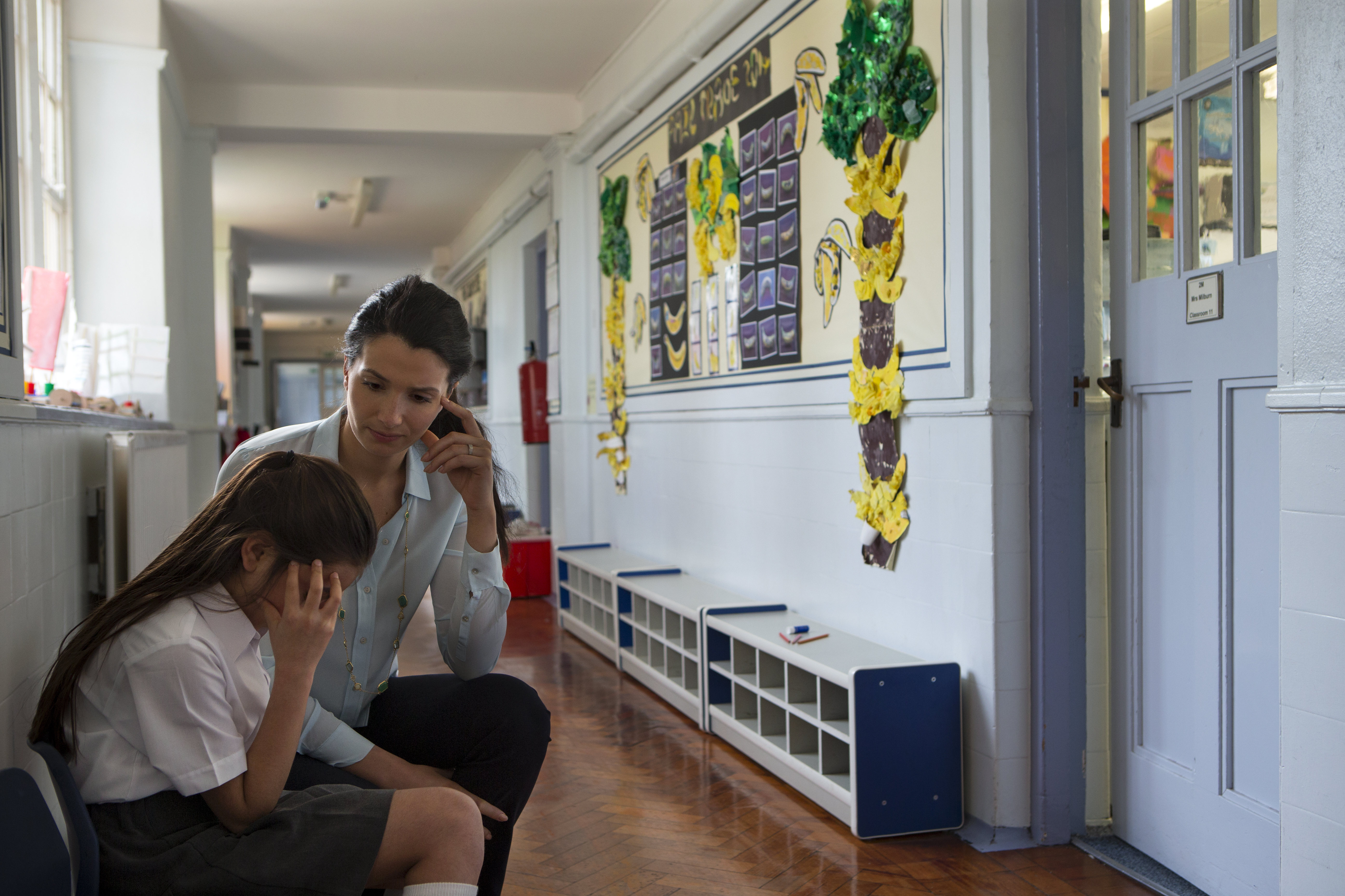 Skolpersonalen bör kontinuerligt uppdateras kring hur man ska arbeta med mobbning och få möjlighet till vidareutbildning.
