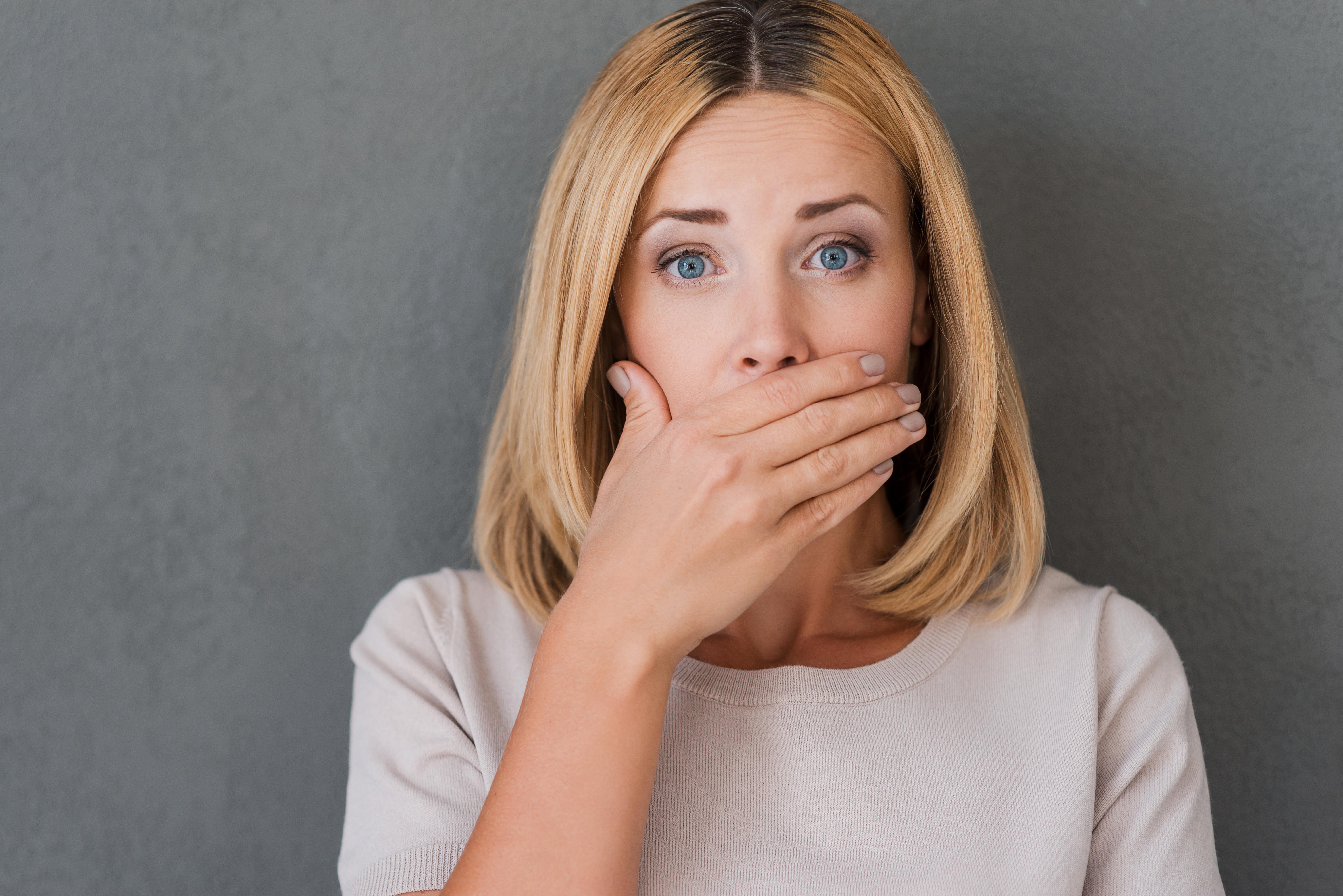 Vanligaste symtomen på munherpes är munsår med vätskefyllda blåsor.