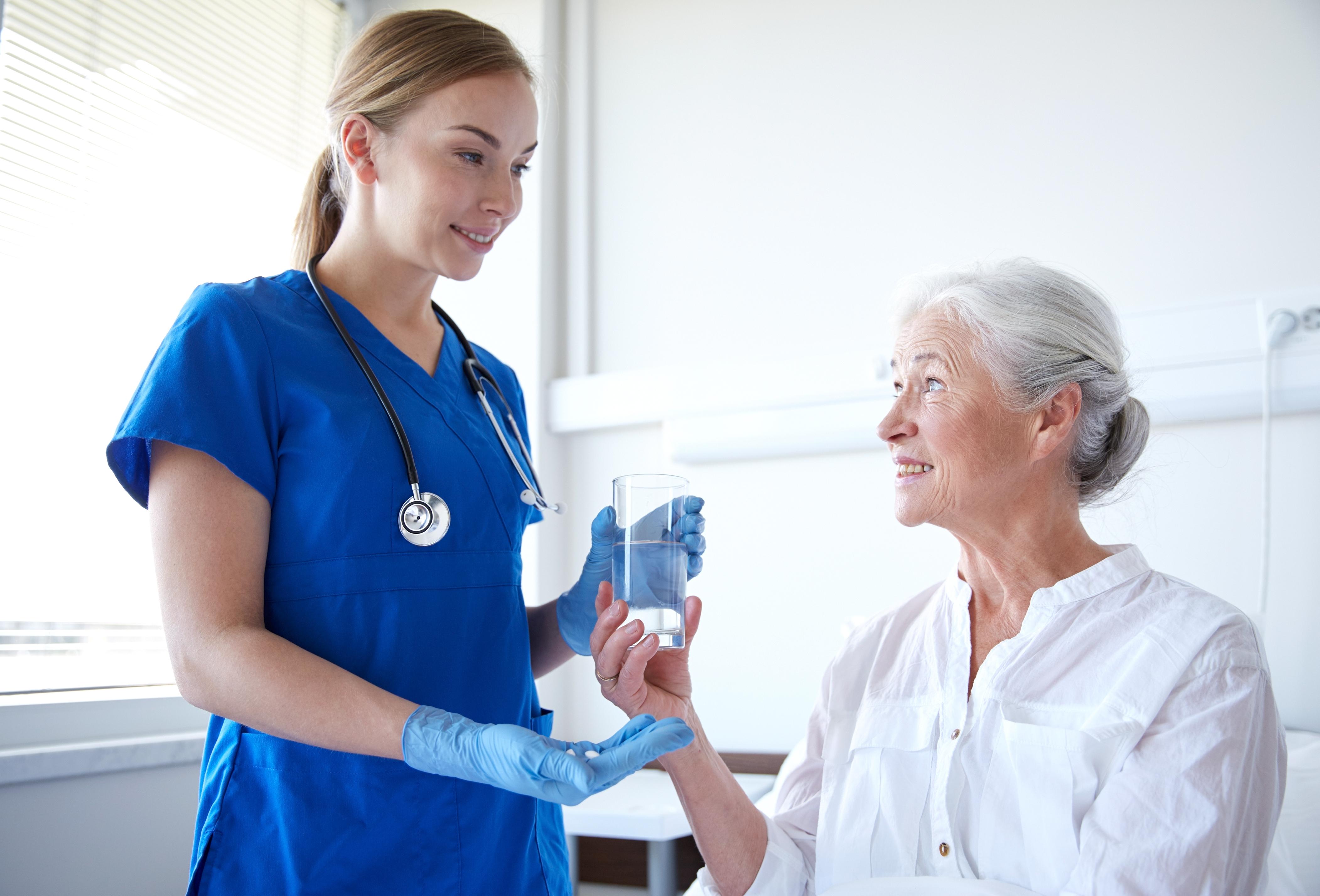 Behandlingen går ut på att man kommer till mottagningen där vårdpersonal distribuerar pillren, man tar pillren och går hem.