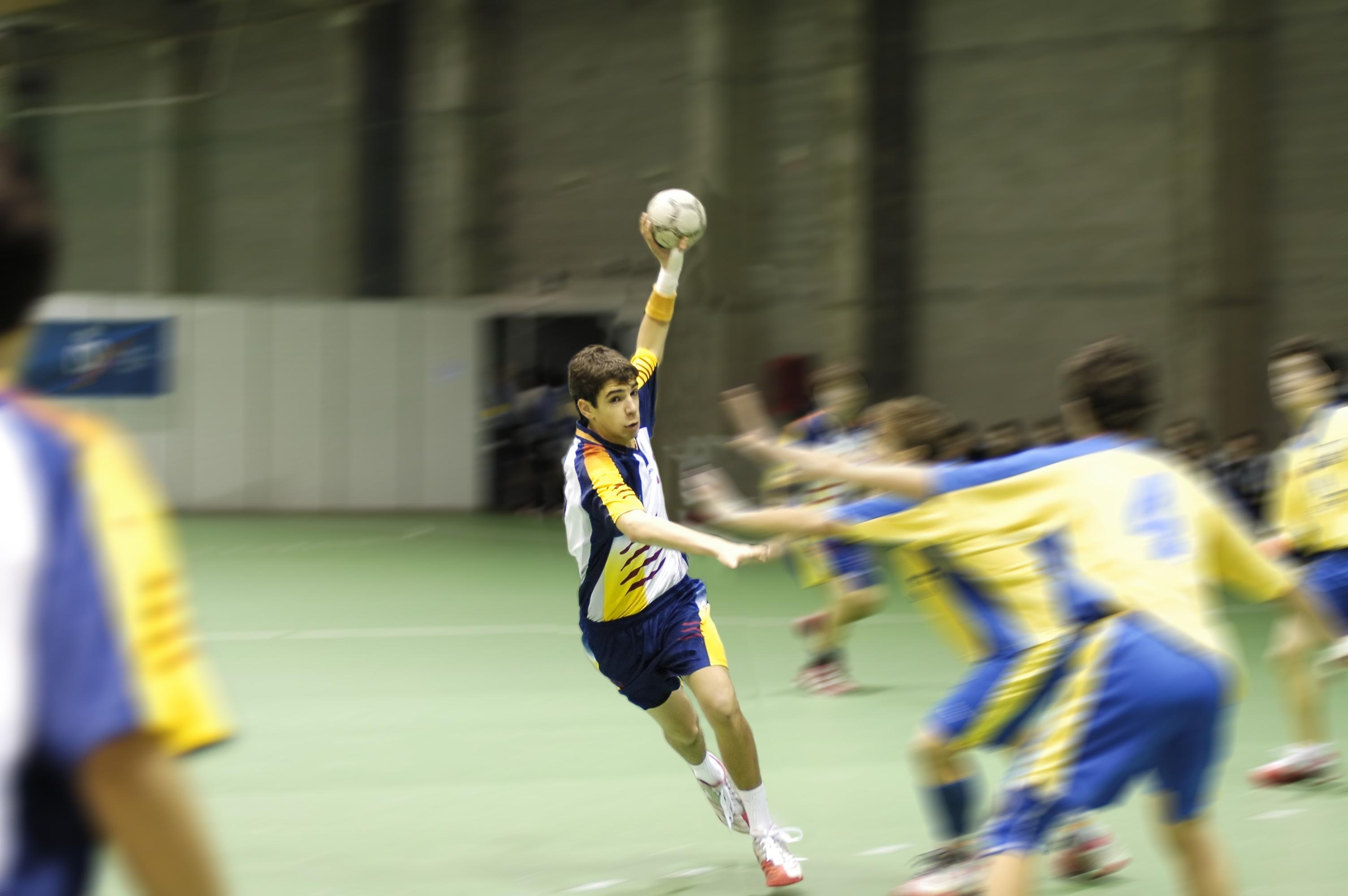 Handbollsspelare är de idrottare som löper störst skaderisk. Det är även störst antal skador som leder till bestående besvär inom handbollen.