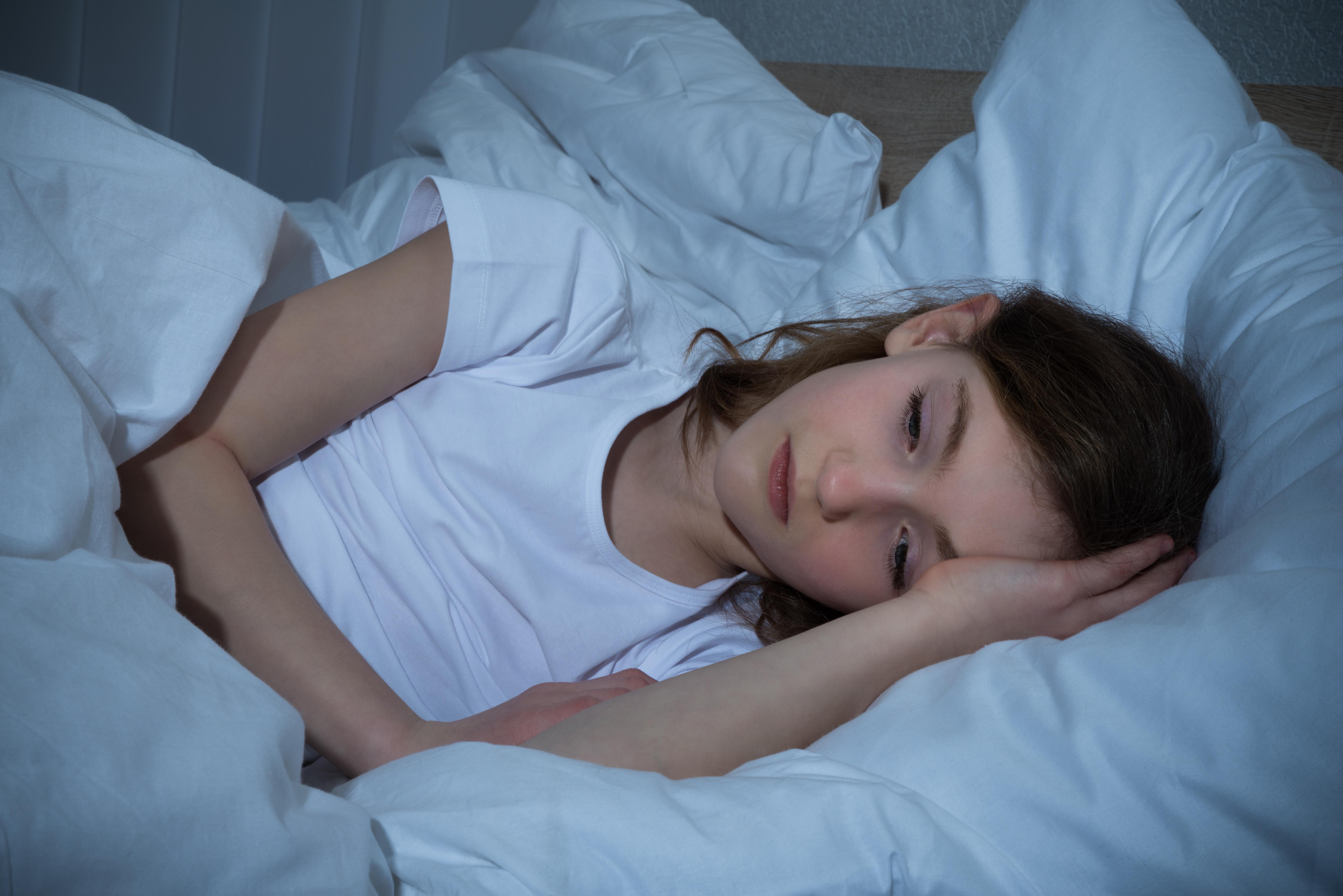 Vem som helst kan inte få melatonin som läkemedelsbehandling, utan det roör sig om barn med en mer komplex problematik än bara tillfälliga sömnstörningar.Tanken med melatonin är att hjälpa barn, som har så svåra sömnproblem att det påverkar både familj och skola, att få en normal dygnsrytm.
