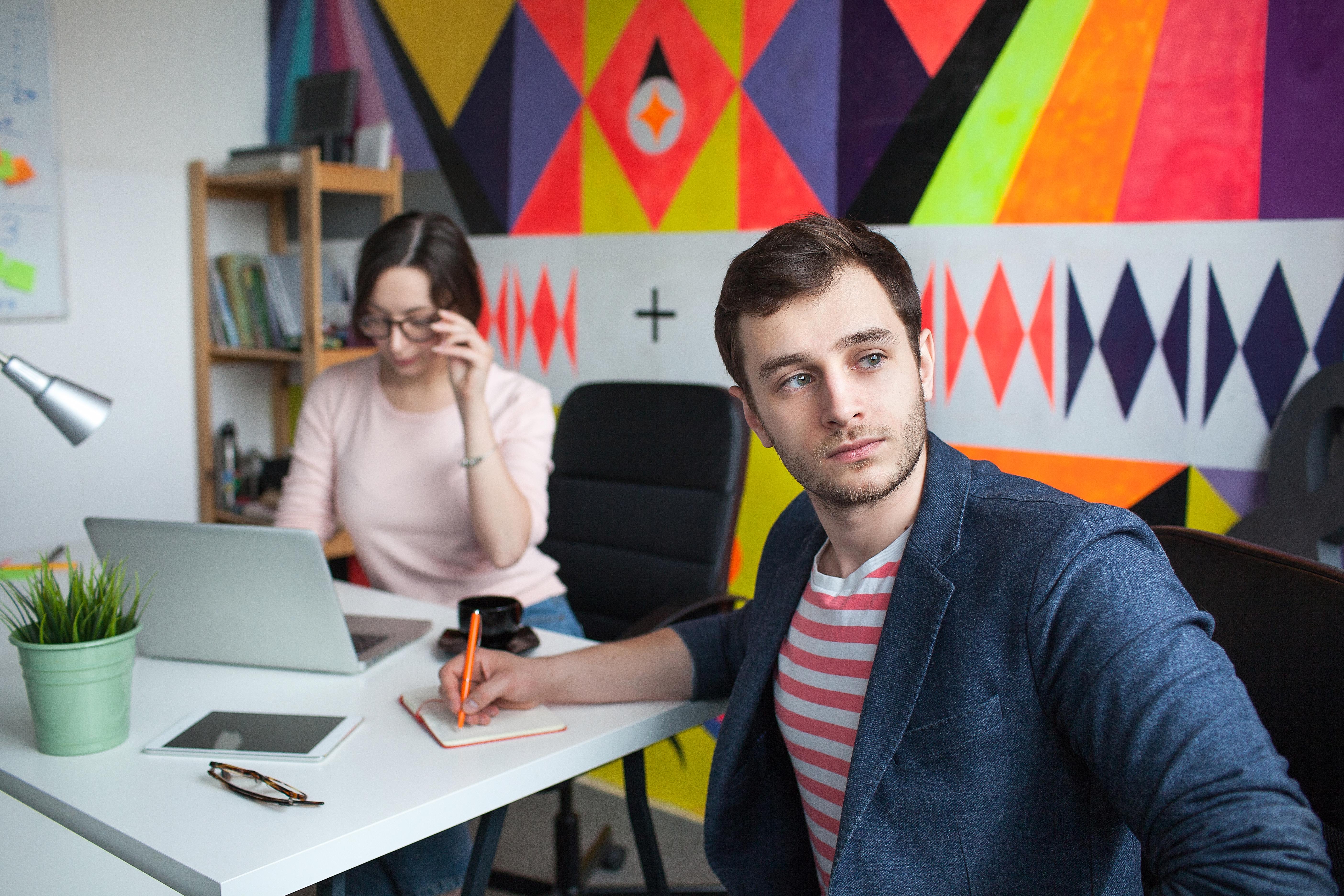 Det är inte ovanligt med öppna kontorslandskap men nu visar en ny studie att öppna kontorslandskap kan påverka de anställda negativt.