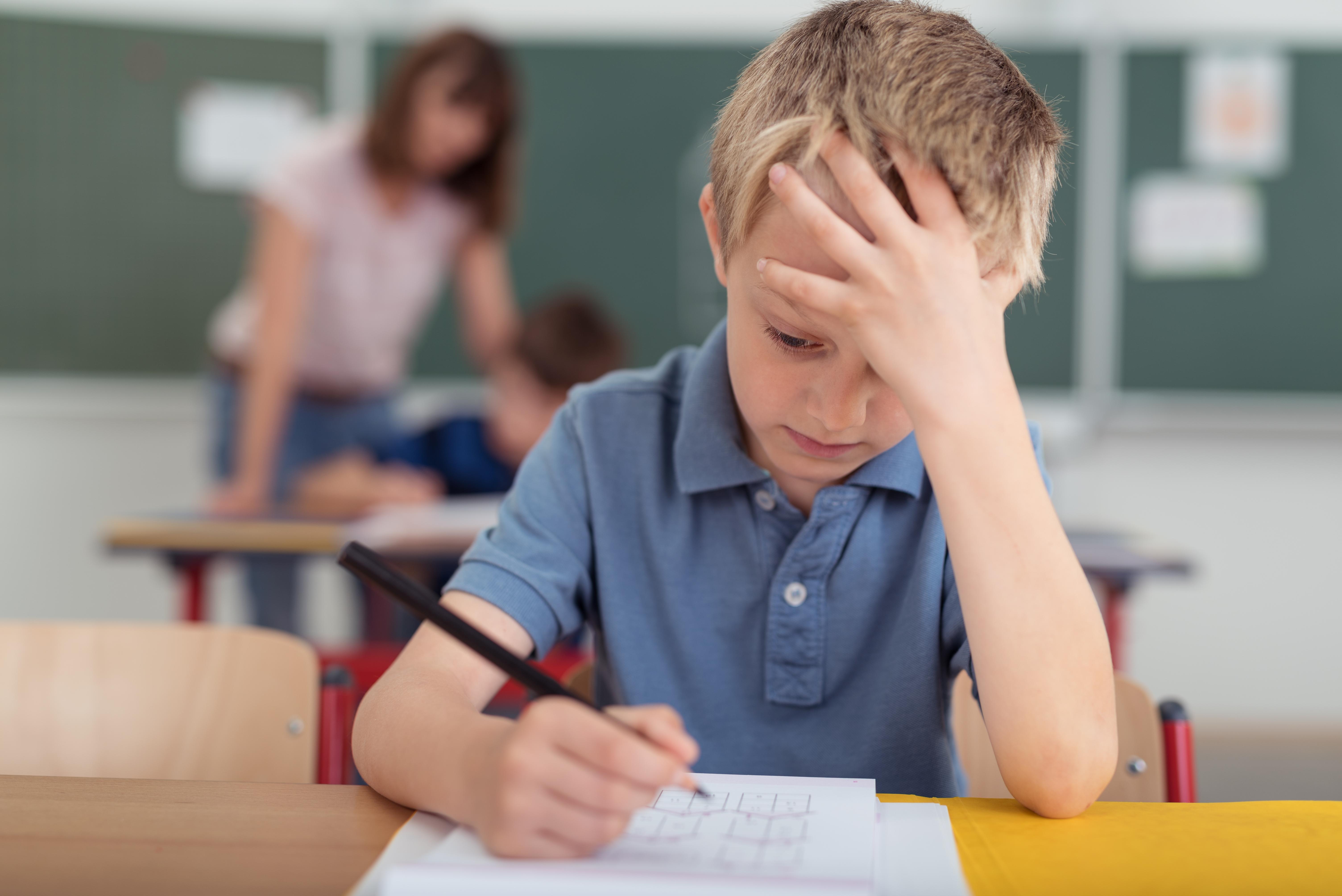 Ett barn som har en neuropsykiatrisk funktionsnedsättning kan uppleva sinnesintryck starkare än andra barn, exempelvis ljuden i ett klassrum.