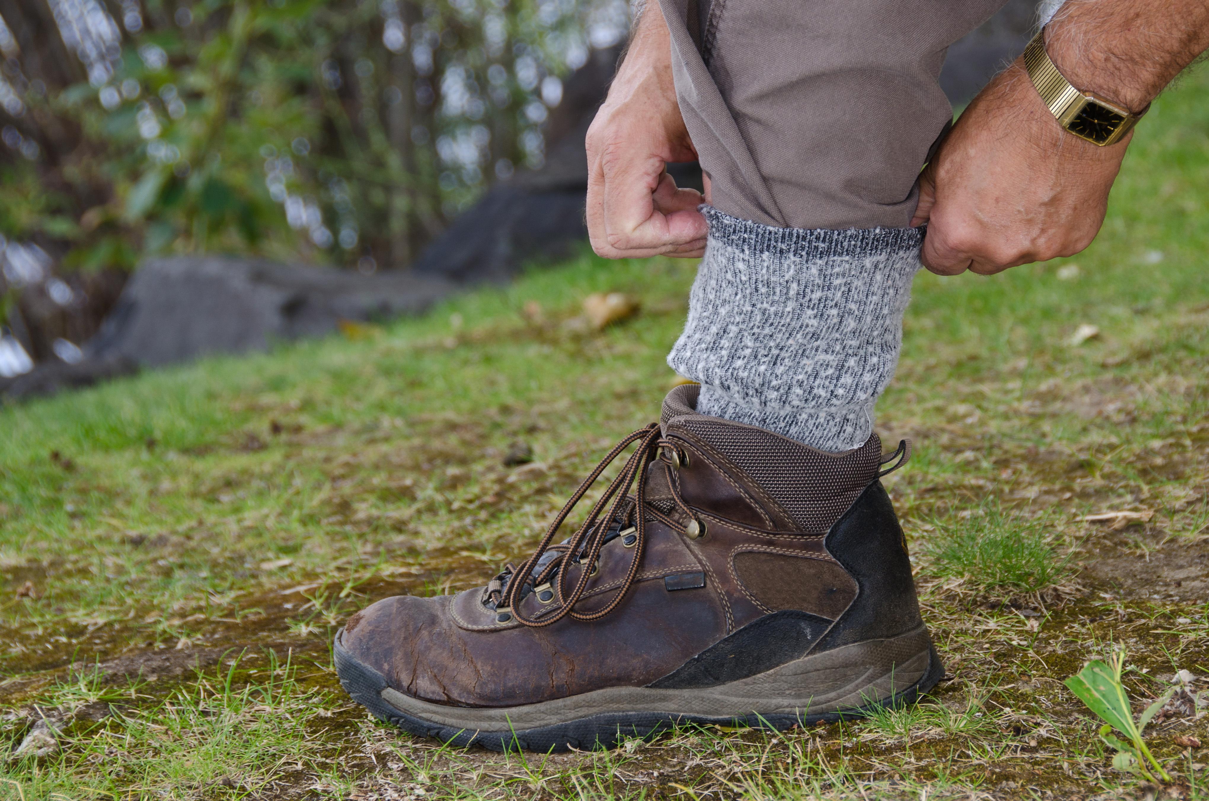 Skydda dig mot fästingar - Bär stövlar, långbyxor med byxbenen nedstoppade innanför stövelskaften.