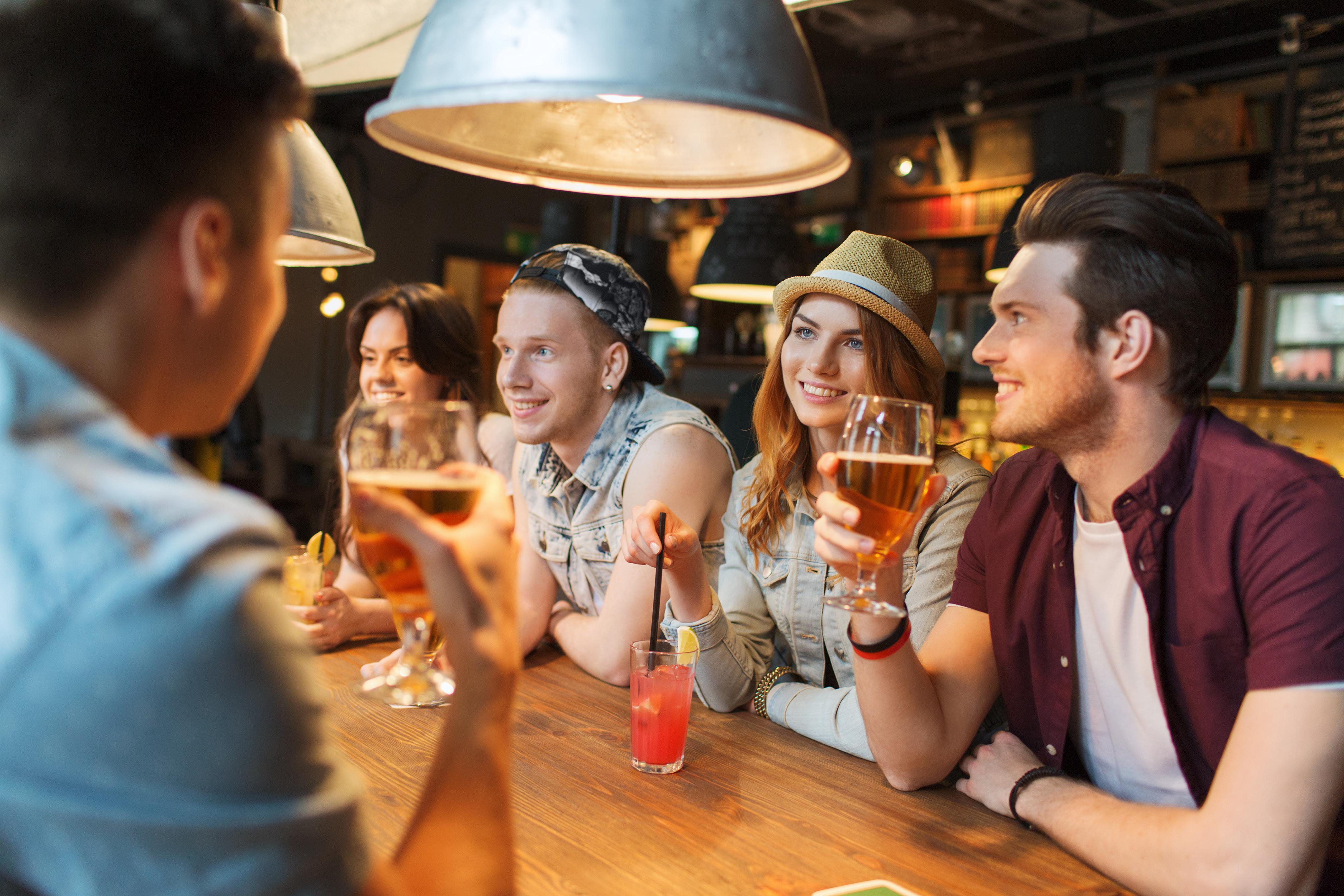Ungefär hälften av de tillfrågade upplever att det finns en förväntan bland arbetskollegorna att det ska drickas alkohol på olika tillställningar.