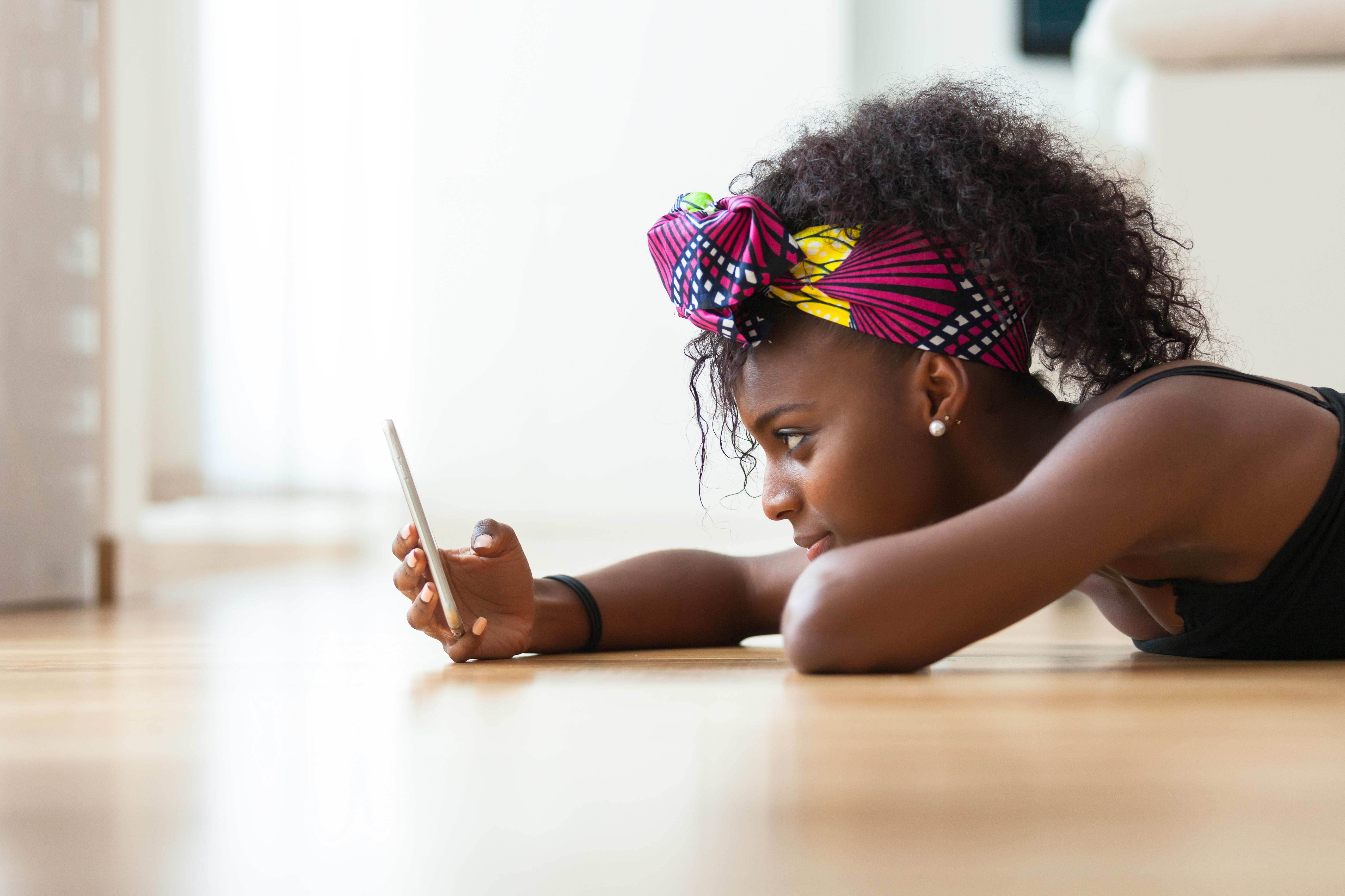 Studien visar bland annat att barn och ungdomar äter för dåligt och rör sig för lite och att det finns ett samband med skärmanvändningen.