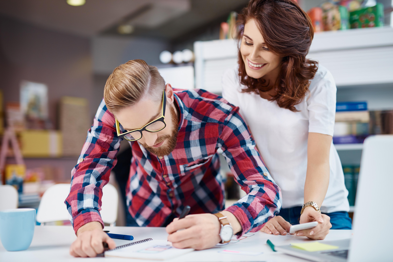 Ju starkare identifikation man har med sitt jobb, ju mer trivs man på arbetet. Det märks genom att motivationen och stresståligheten ökar.