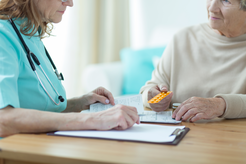 För att lättare kunna identifiera läkemedelsbiverkningar hos personer över 75 år har Socialstyrelsen tagit fram en checklista.