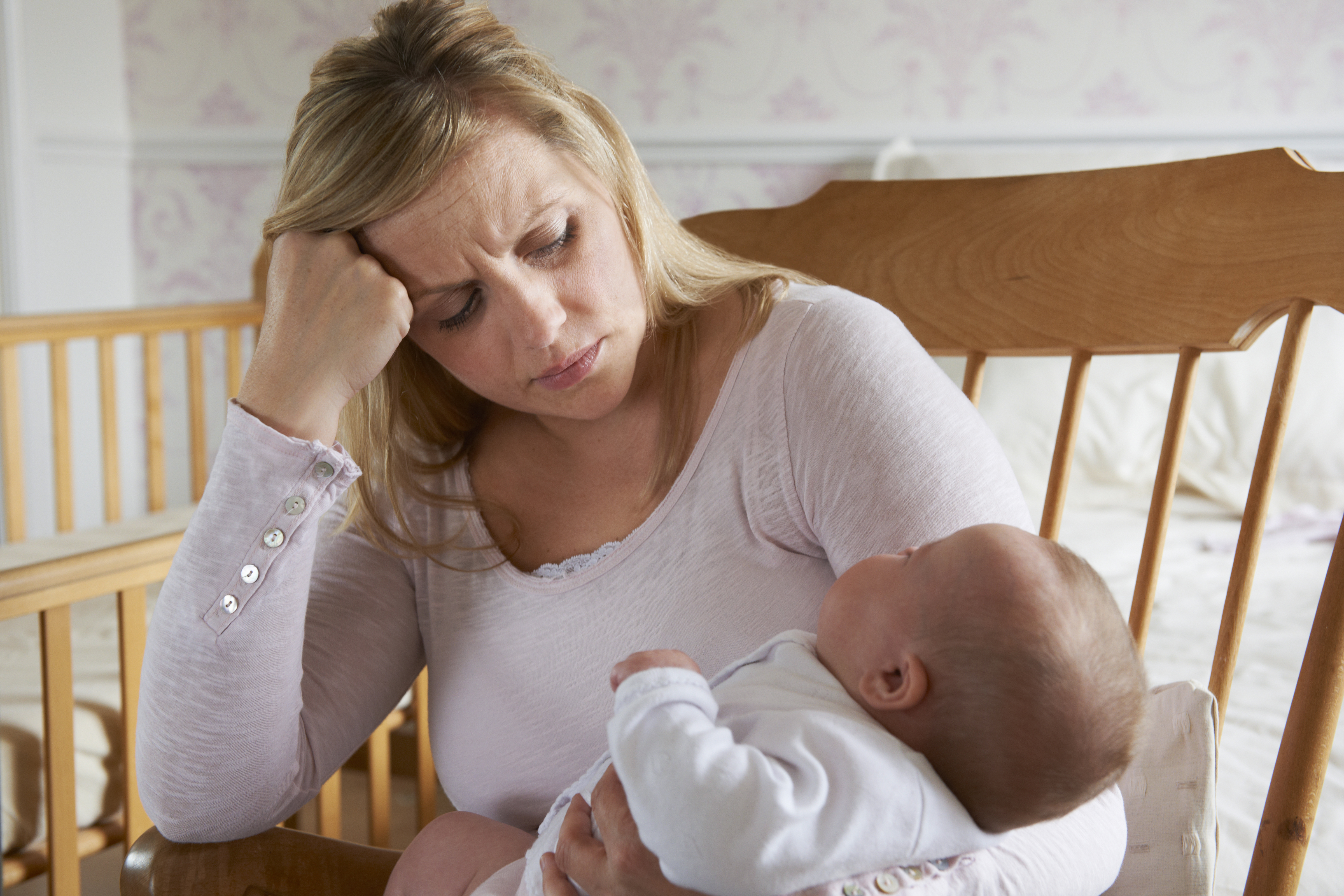 Att kvinnor får ta större ansvar än män när det kommer till barn tros vara en av anledningarna till att sömnen blir lidande.