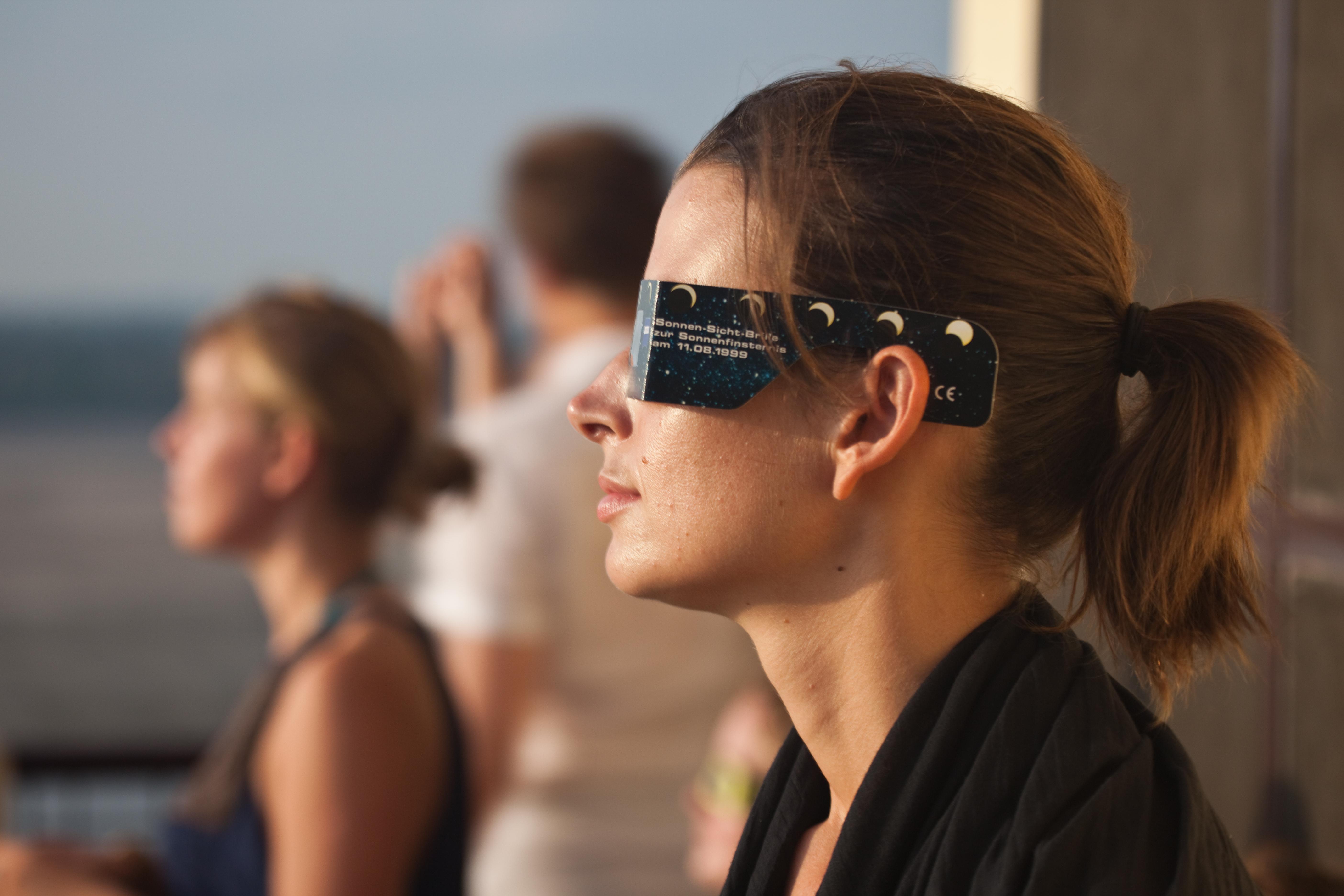 Oavsett hur stor förmörkelsen är ska du inte titta direkt mot solen utan att skydda ögonen.