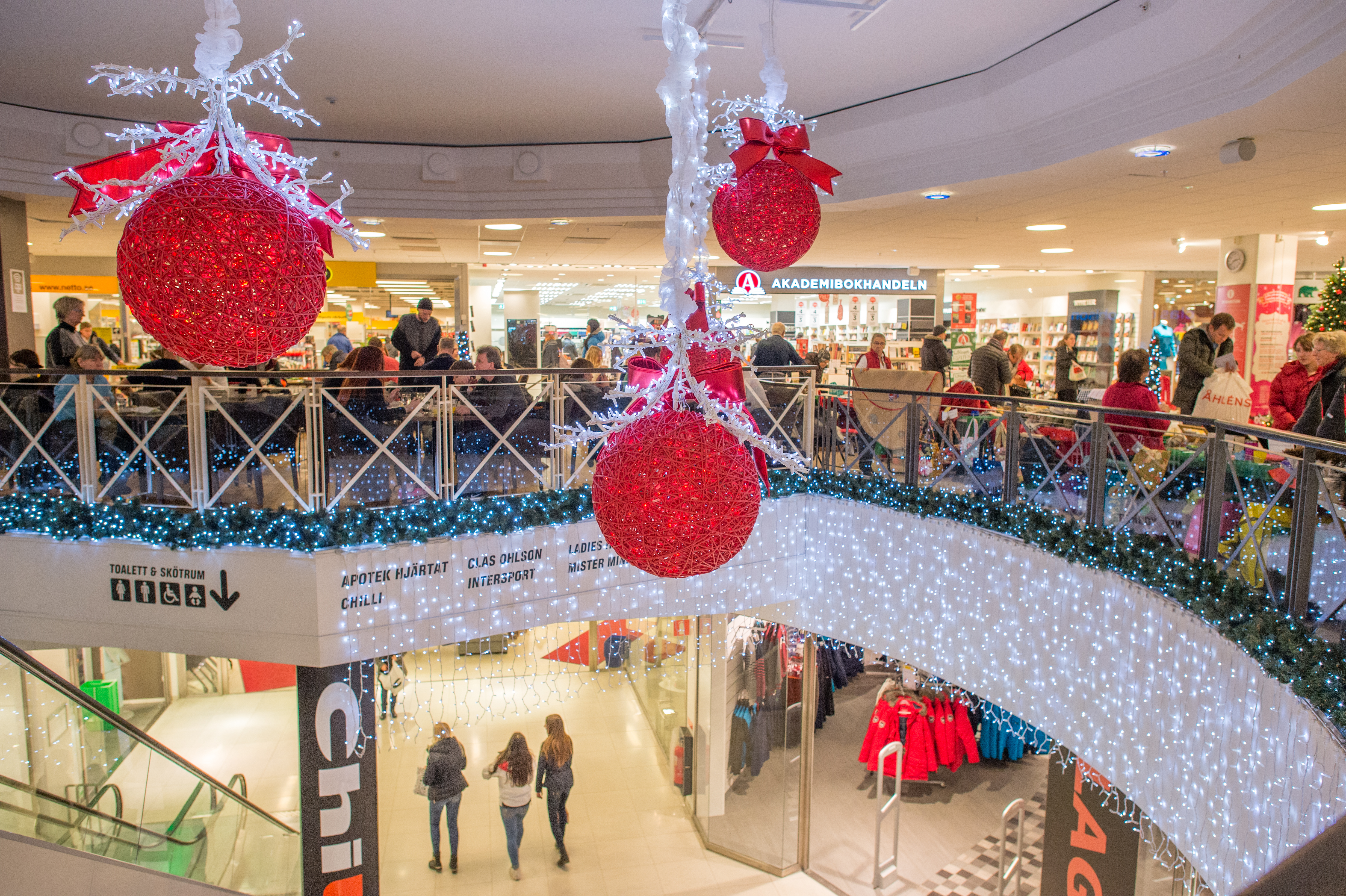 En tredjedel av de butiksanställda upplever julmusiken som mer påfrestande än annan musik.