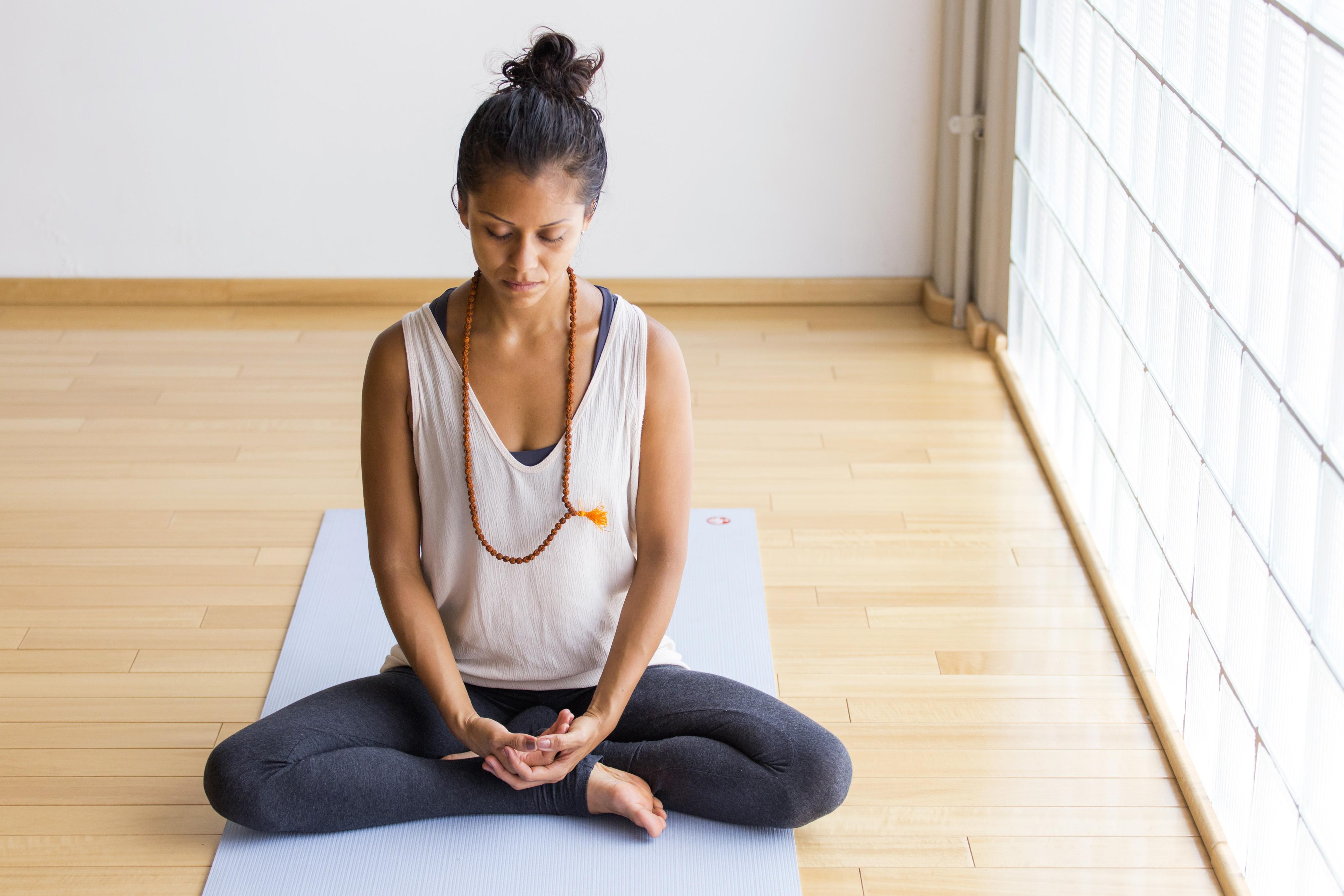 Det finns olika former av meditation men huvudsyftet är att man ska stilla sitt sinne, lyssna inåt, bli mer harmonisk och få insikt i vem du är.