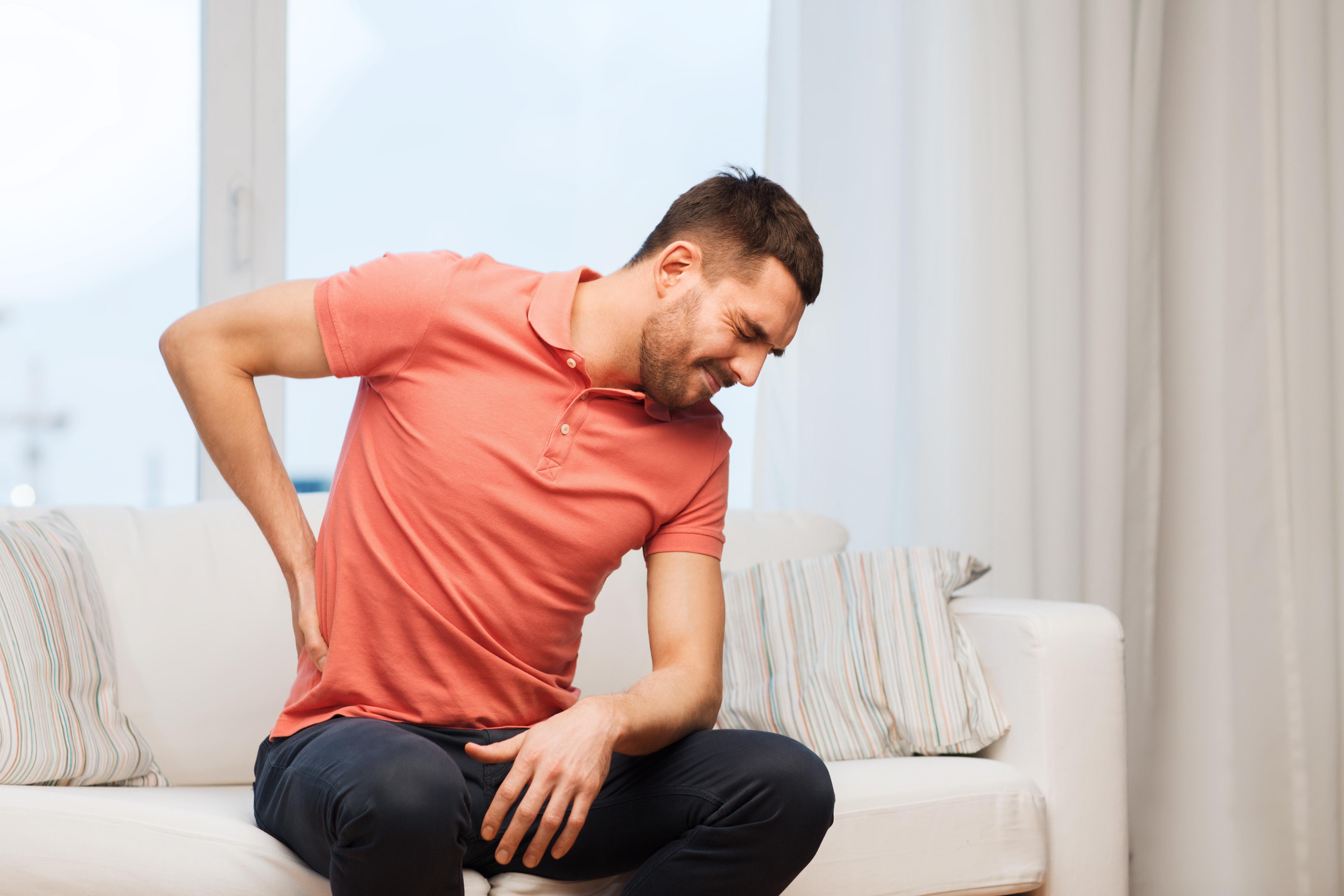 Att ha ont i ryggen, ofta i ryggslutet, kan vara symptom på inflammatorisk ryggsjukdom. De allra flesta får sina första symptom när de är 20-30 år gamlaAtt ha ont i ryggen, ofta i ryggslutet, kan vara symptom på inflammatorisk ryggsjukdom. De flesta får sina första symptom när de är 20-30 år gamla.