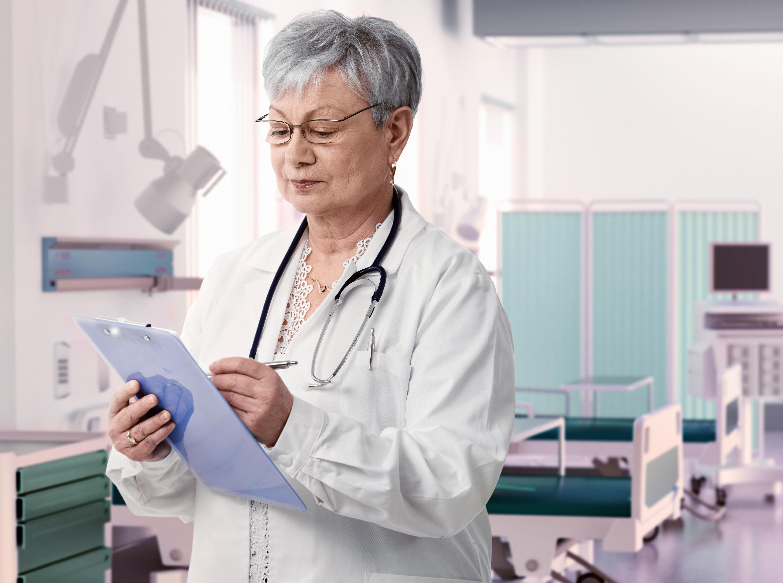 Möjliga förklaringar till att äldre patienter verkar gynnas av att ha en kvinnlig läkare är att kvinnorna är mer benägna att följa kliniska riktlinjer.