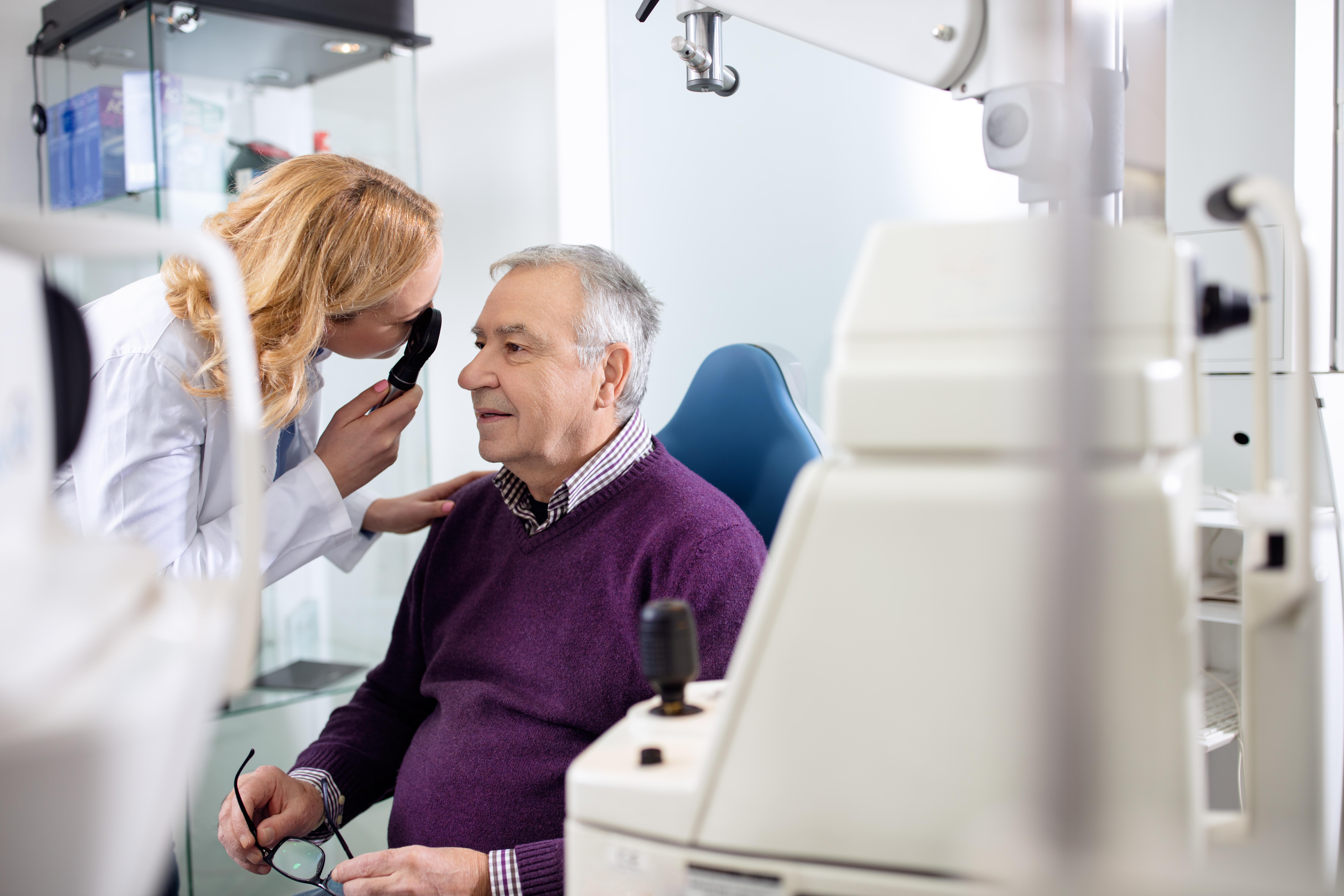 Synförändringar kan komma smygande, därför är det viktigt att som äldre undersöka synen ofta