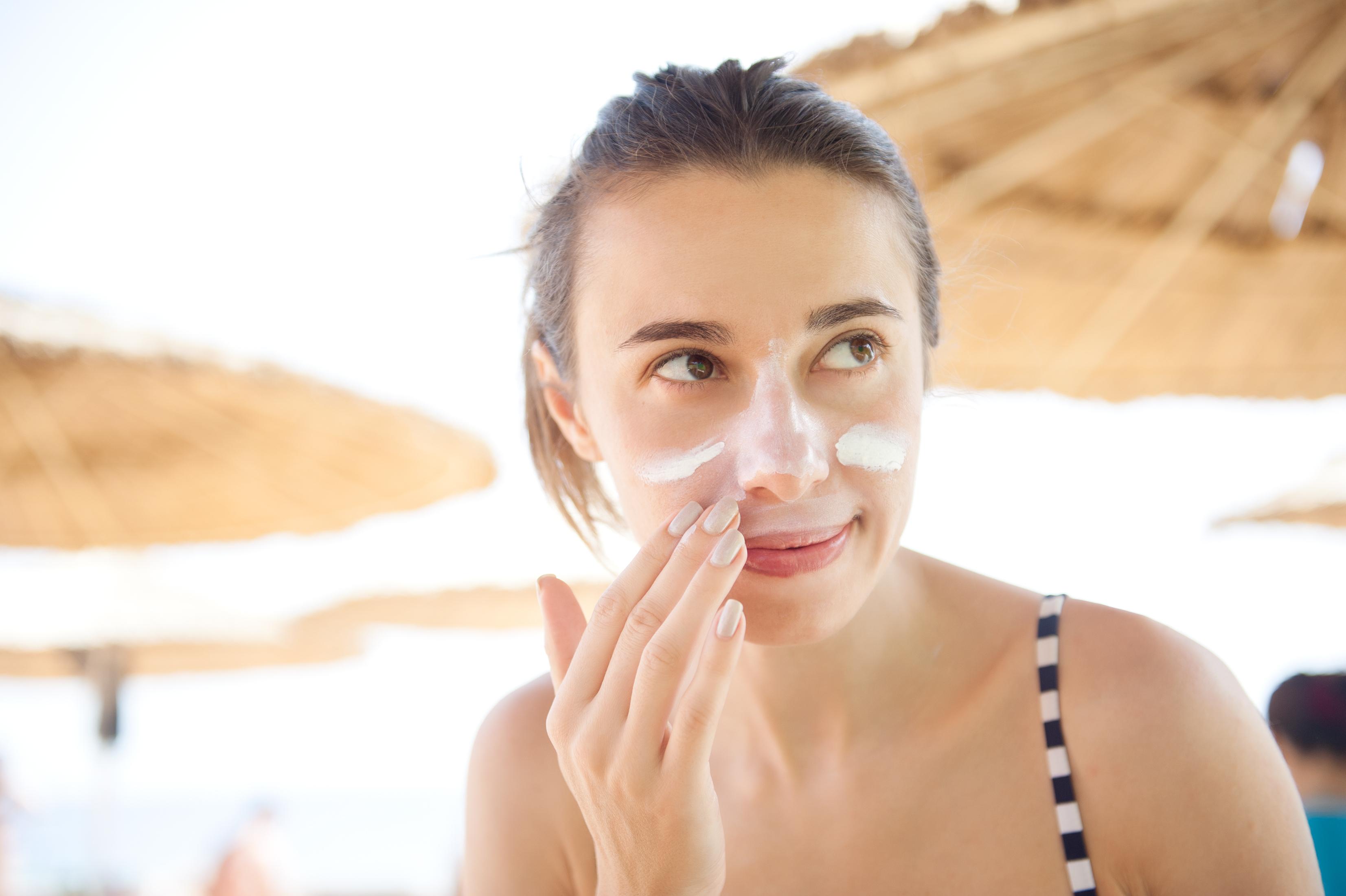 De är viktigt att vi är rädda om vår hud dagligen och skyddar oss mot solen, exempelvis med solskyddsfaktor.