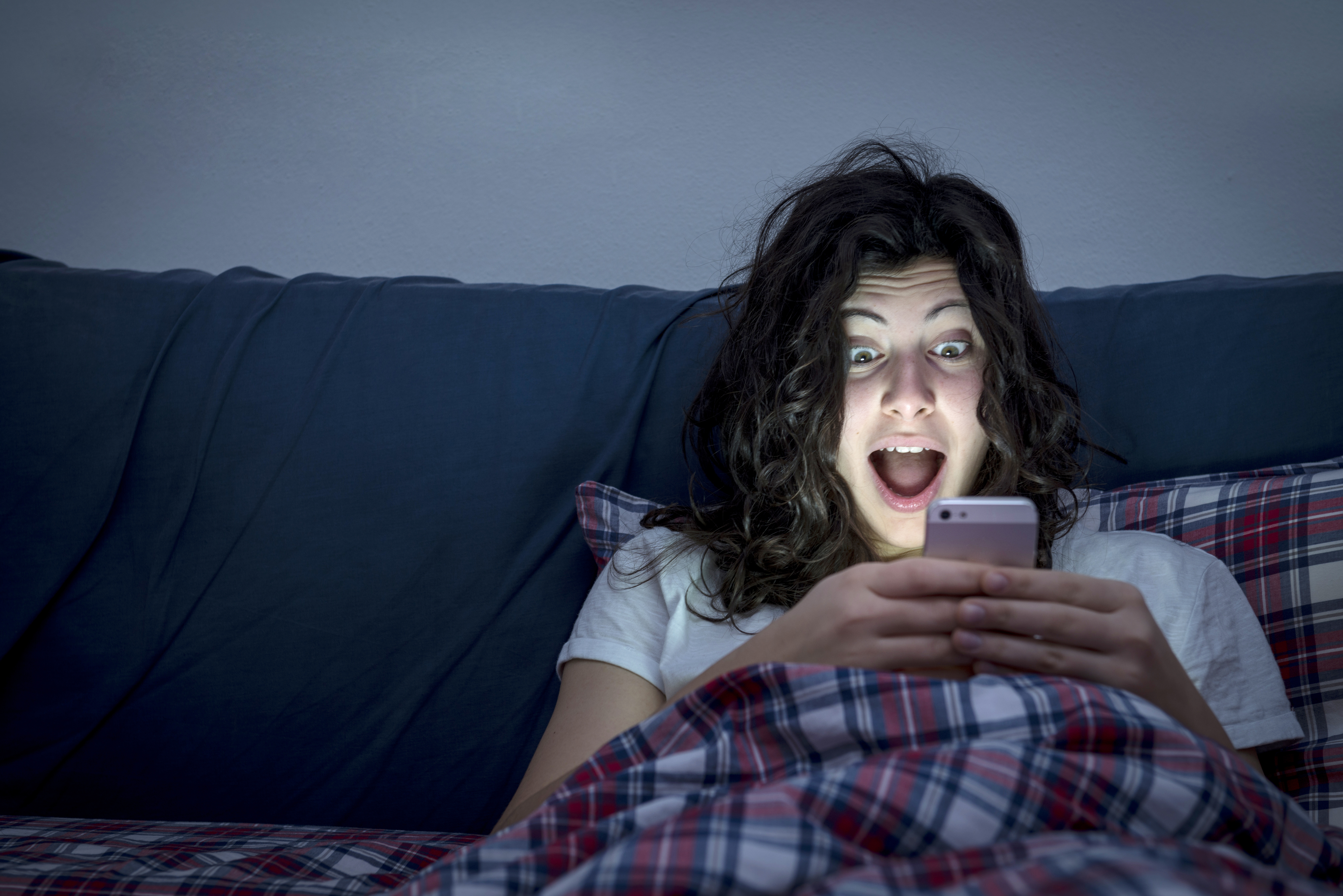 Vi arbetar, ser på teve, lyssnar på radio eller kollar mobiltelefonen i sängen som inte längre är en plats där man bara sover.