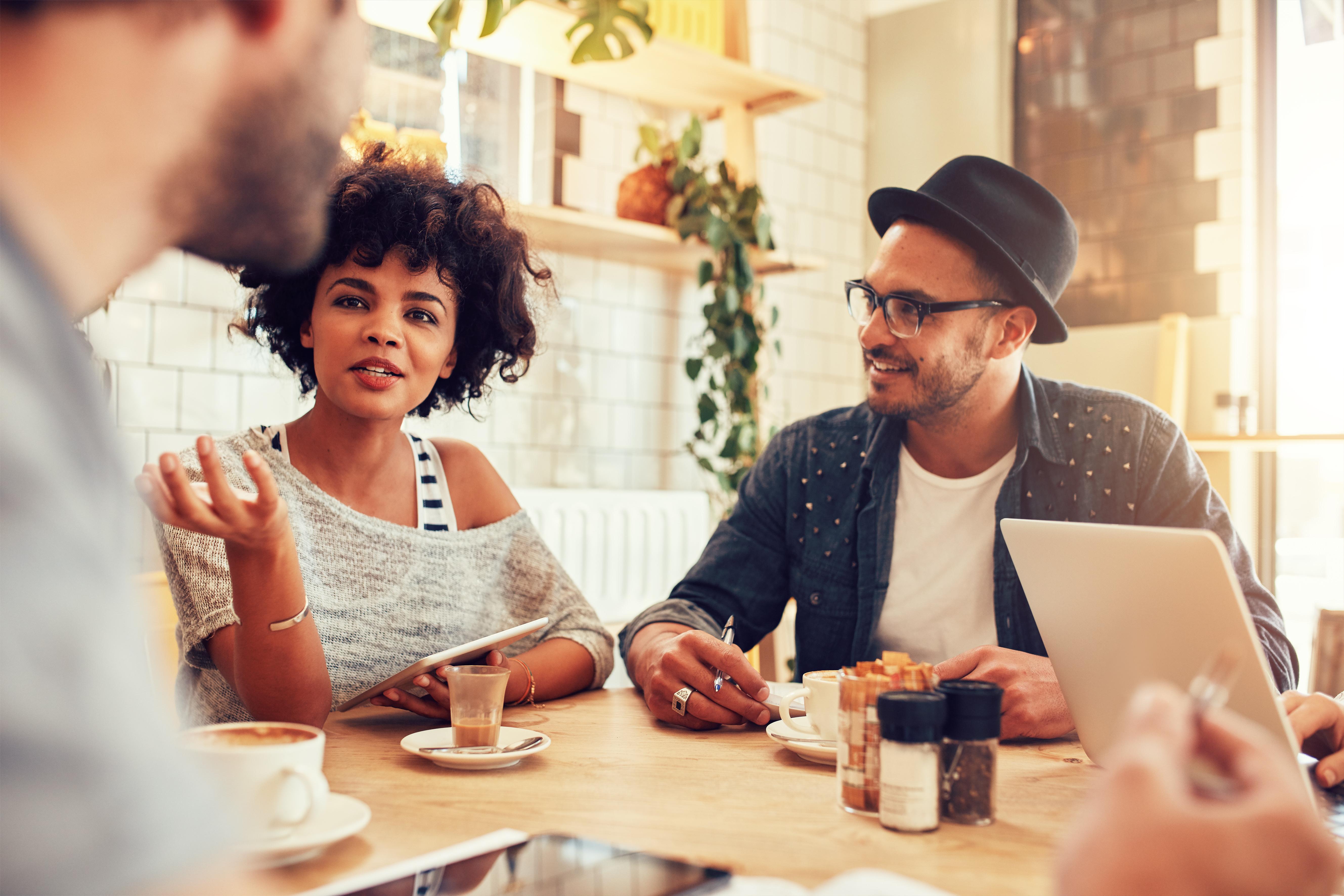 För arbetskraftsinvandrare finns det en lång rad olika situationer och faktorer som är relevanta i det nya landet, att träffa vänner är en utav dem.
