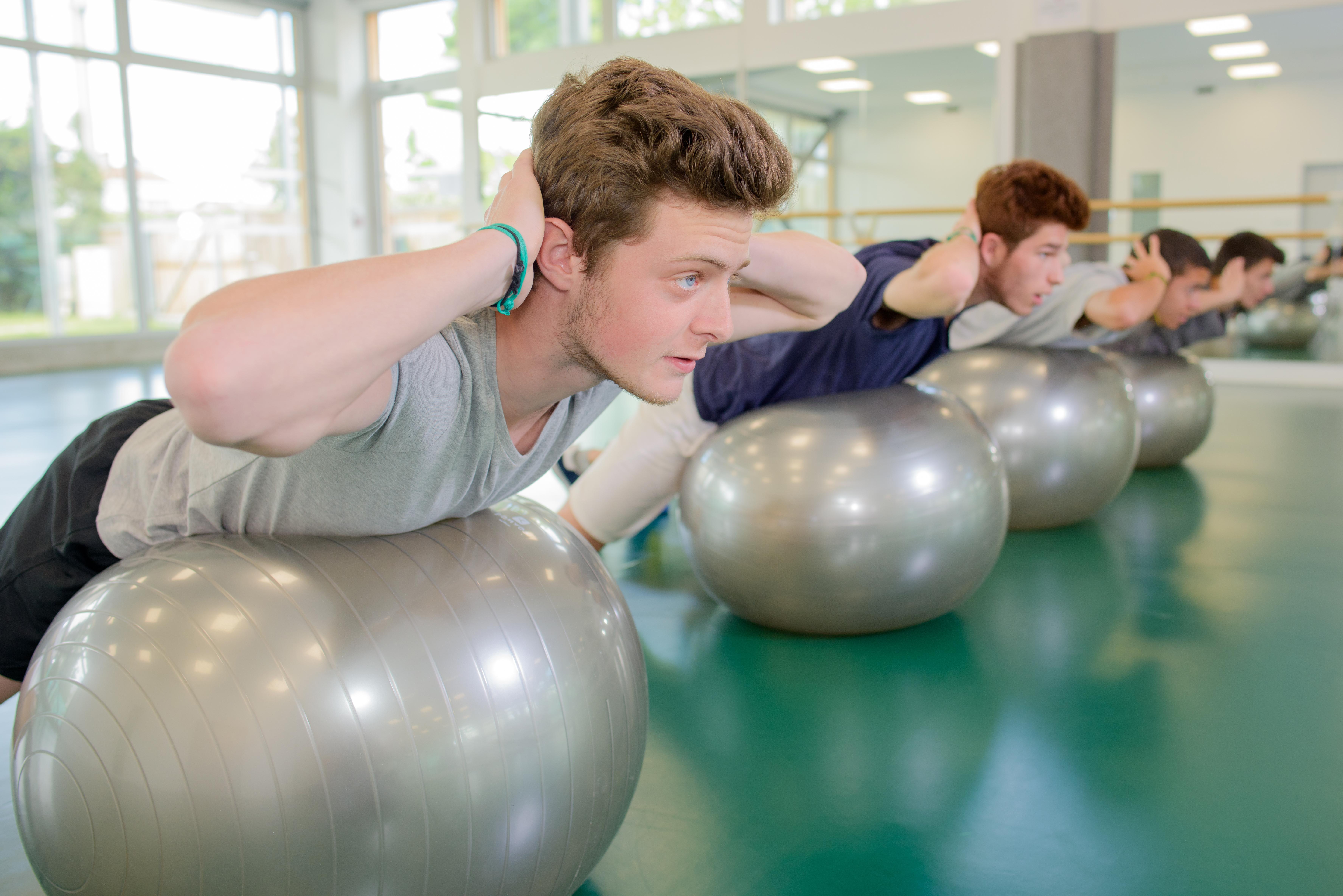 I snitt har svenska skolelever 56 timmar idrott per läsår, det vill säga mellan en och två lektioner i veckan.