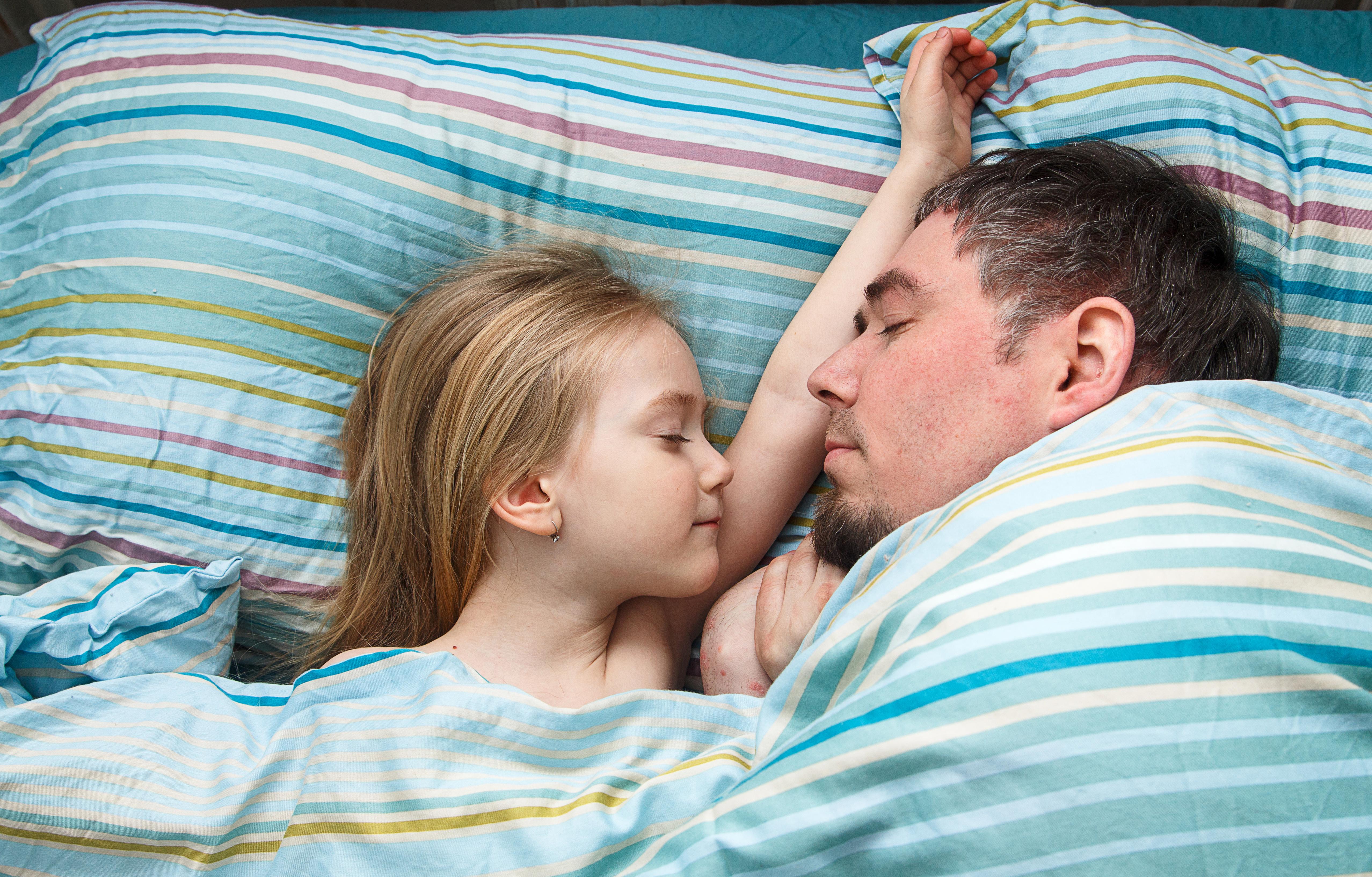 När vi sover borta är en del av hjärnan vaken och håller vakt, medan den andra delen sover. Hemma är vi däremot i en miljö som vi är vana vid.