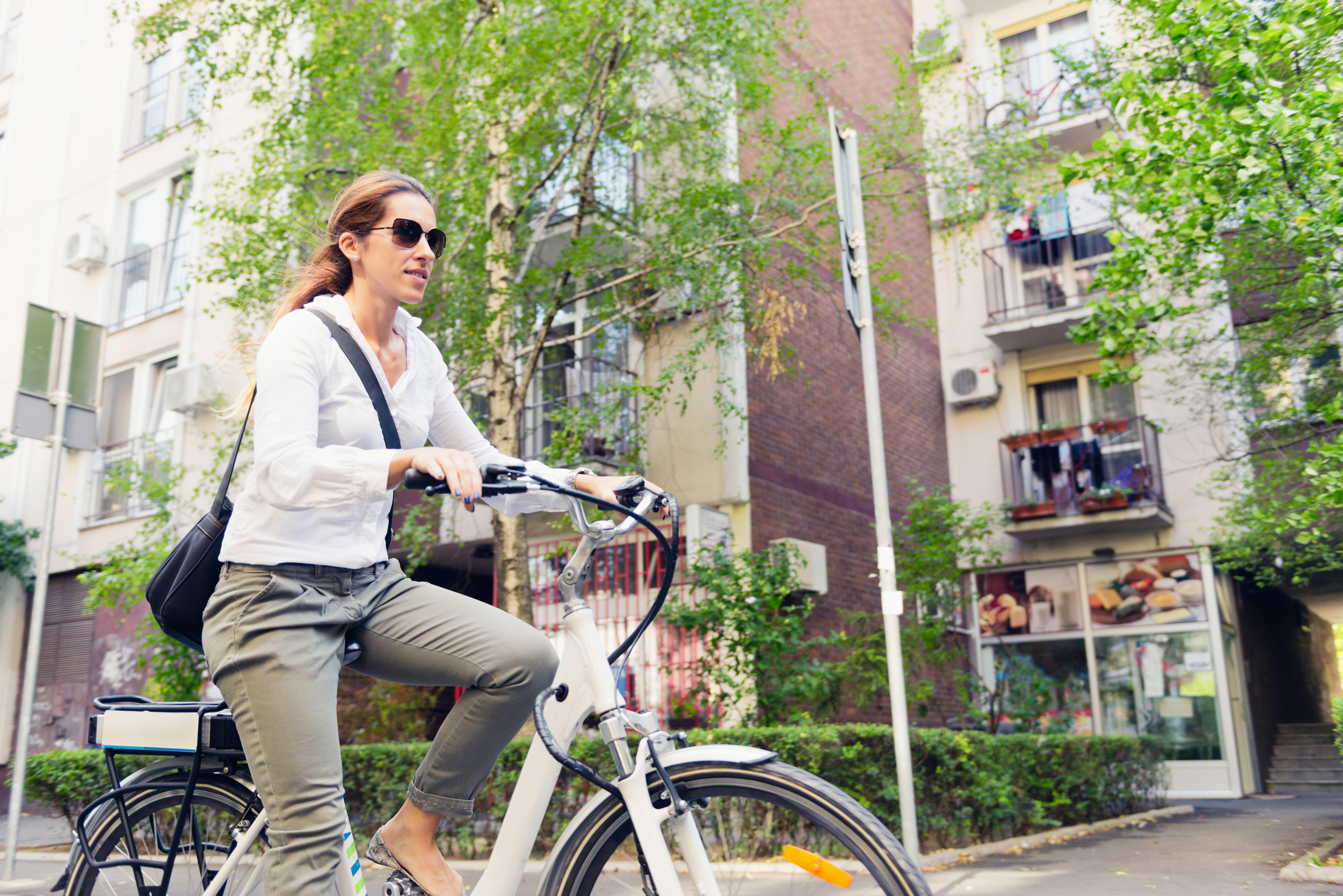 """Hög fart och att det är """"fusk"""" och inte lika hälsosamt att använda en cykel med batteri är några invändningar som elcyklisterna brukar få höra."""