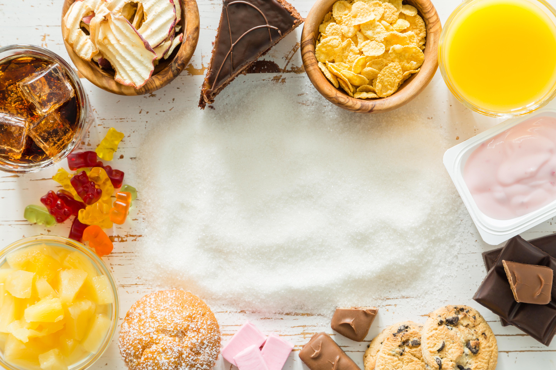 En stor del av maten som vi äter innehåller tillsatt socker i olika former.