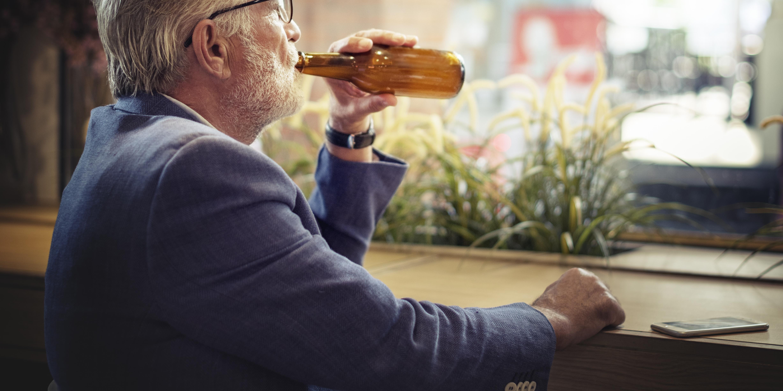 År 2015 var det över 1000 personer 65 år och äldre som dog av orsaker som kan kopplas till alkohol.