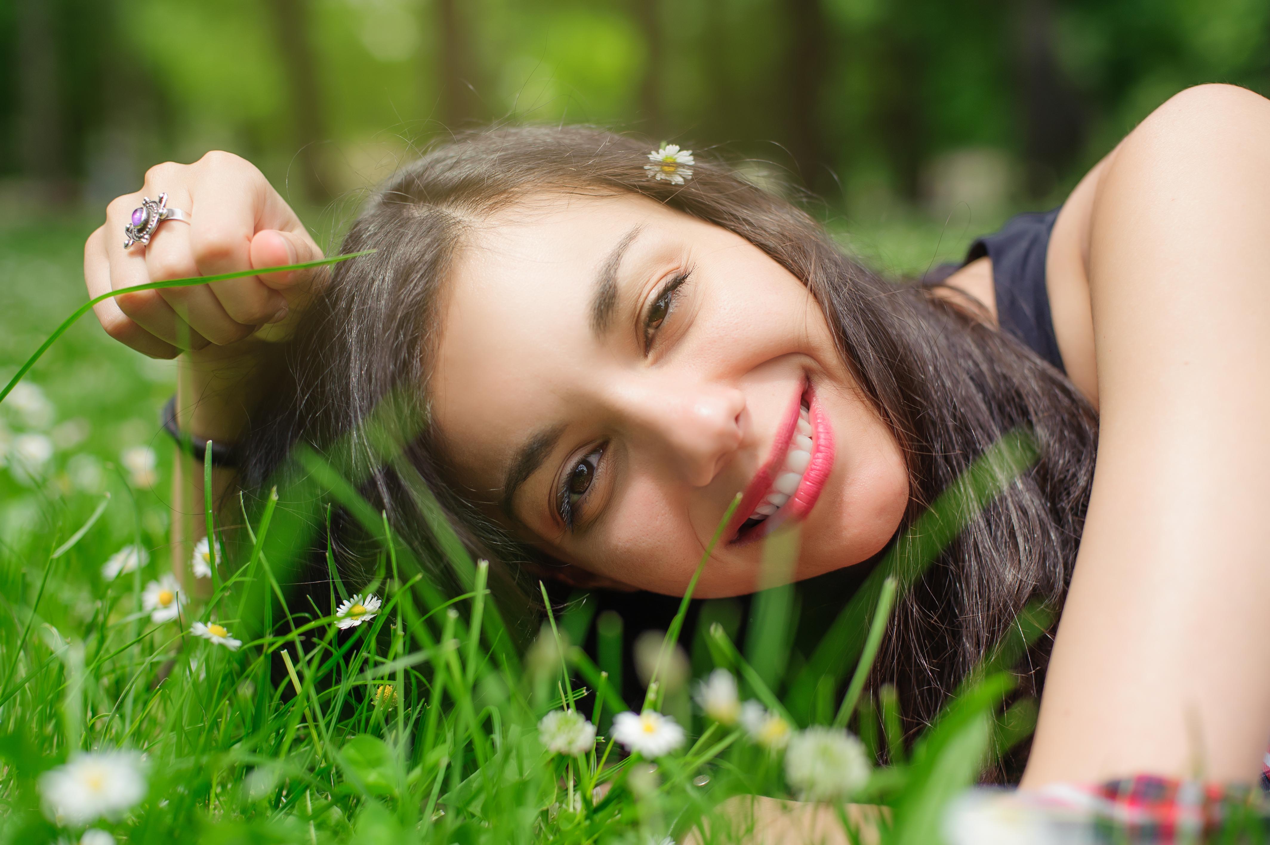 """Även om du har en hud som aldrig blir röd och alltid brun kan du drabbas av hudcancer. Tänk att """"lagom är bäst"""" när du solar."""