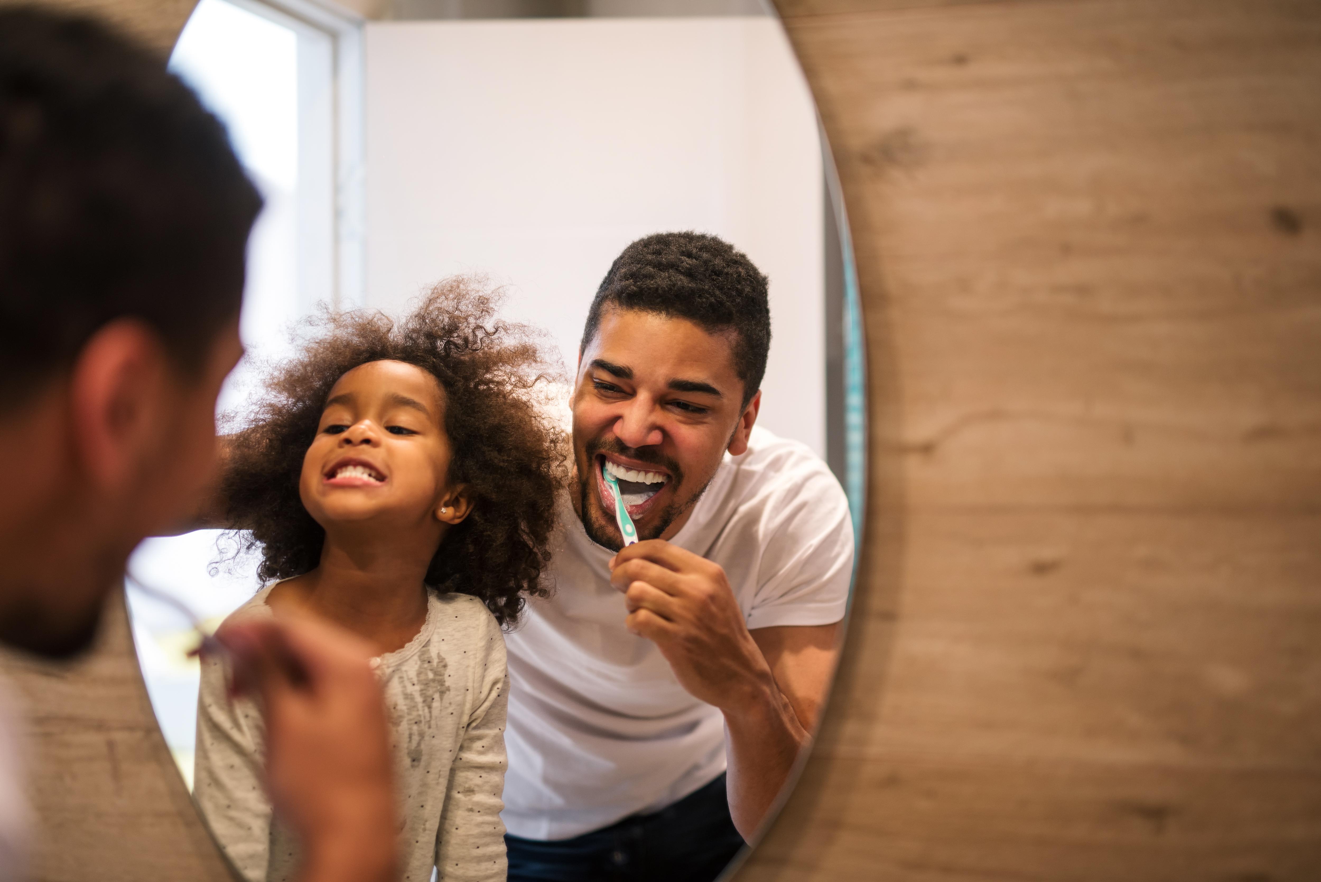 Fluor behövs för att stärka tändernas emalj och hjälper även till att skydda miljön runt tanden.