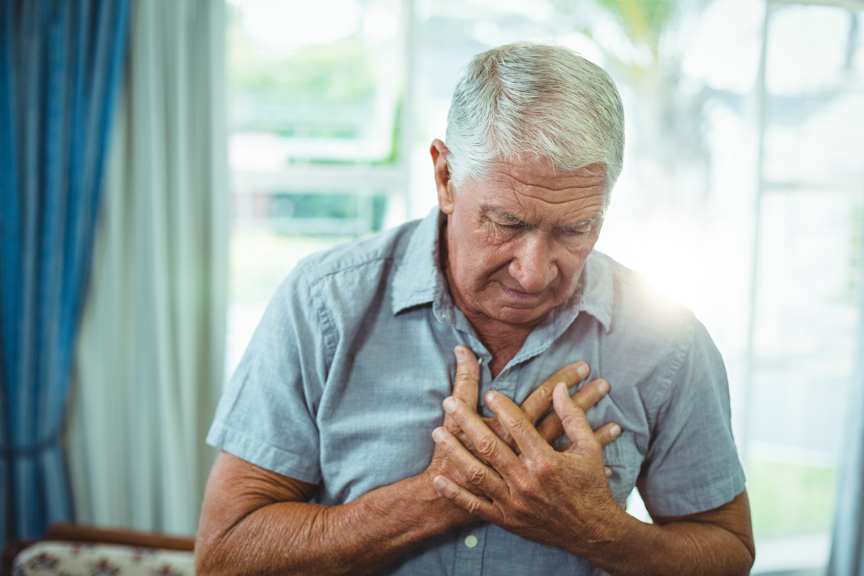 Symtomen vid aortastenos kan vara otydliga och misstas ofta för vanliga ålderstecken, exempelvis bröstsmärta och andfåddhet.