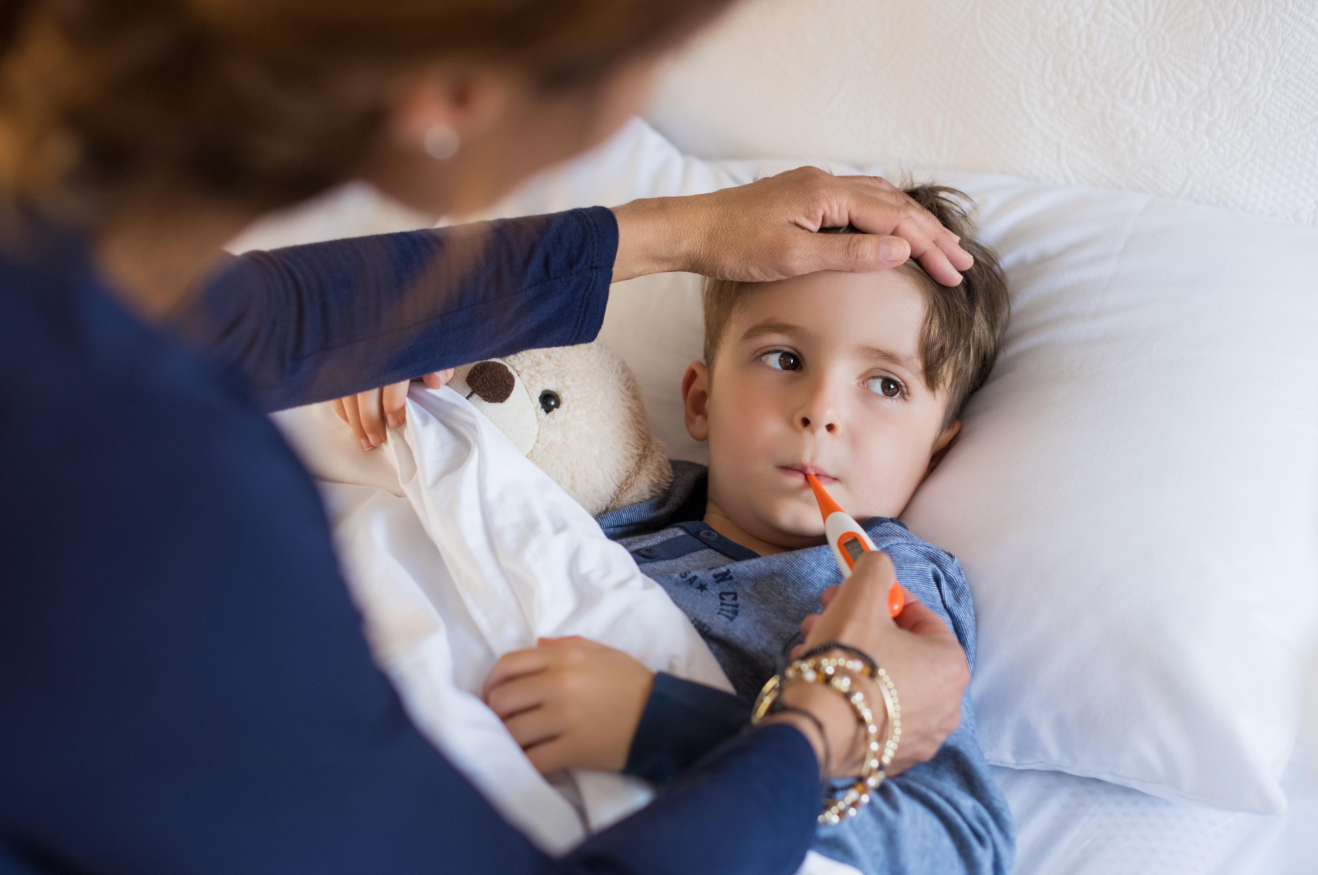 Sommar, sol och sjuka barn. Försommaren är nämligen en period som många barn råkar ut för snuva med feber och hosta.