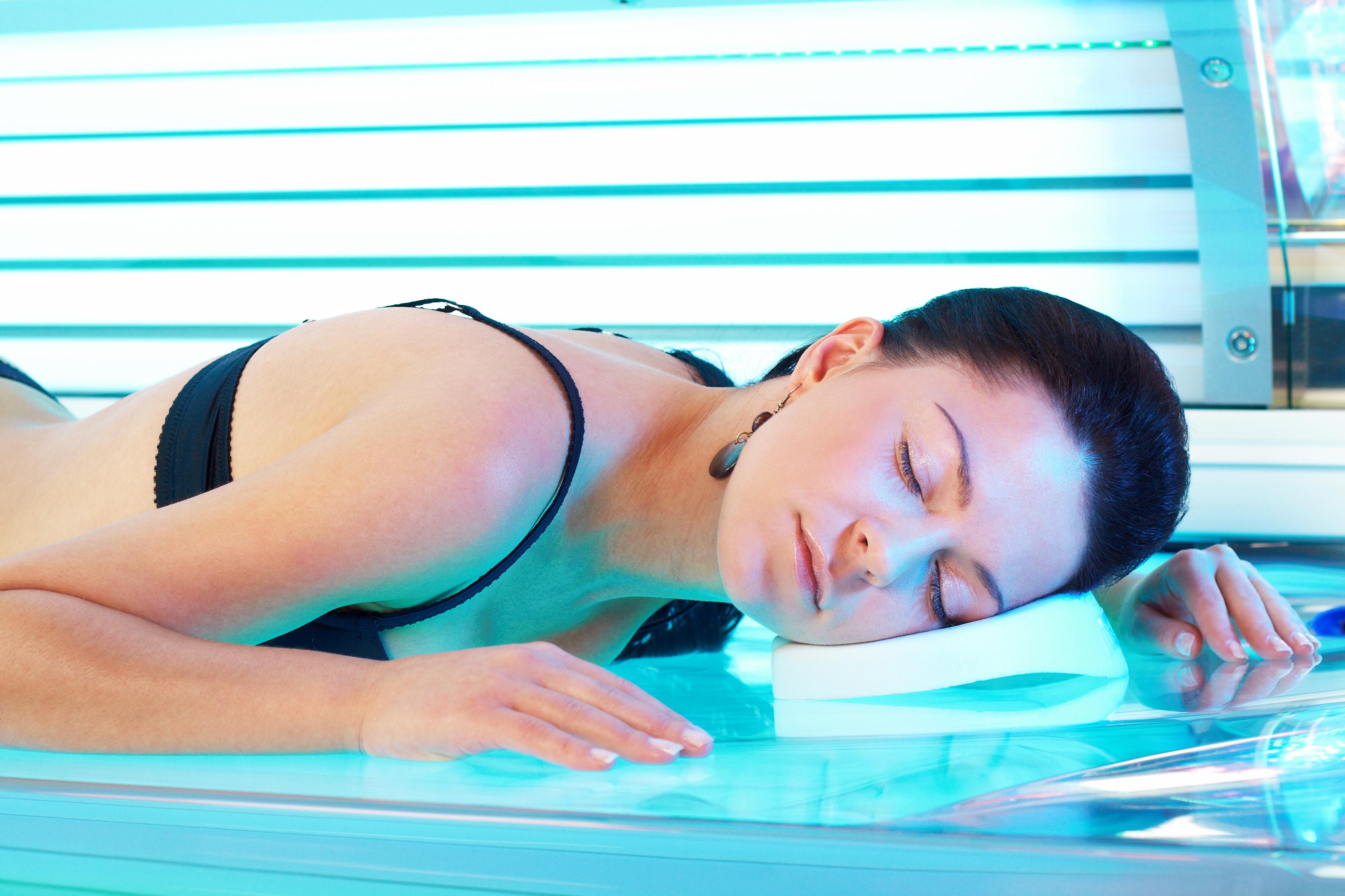 Lagen om 18-årsgräns för att få sola solarium omfattar endast kosmetiska solarium och vänder sig till den som yrkesmässigt bedriver en sådan verksamhet.