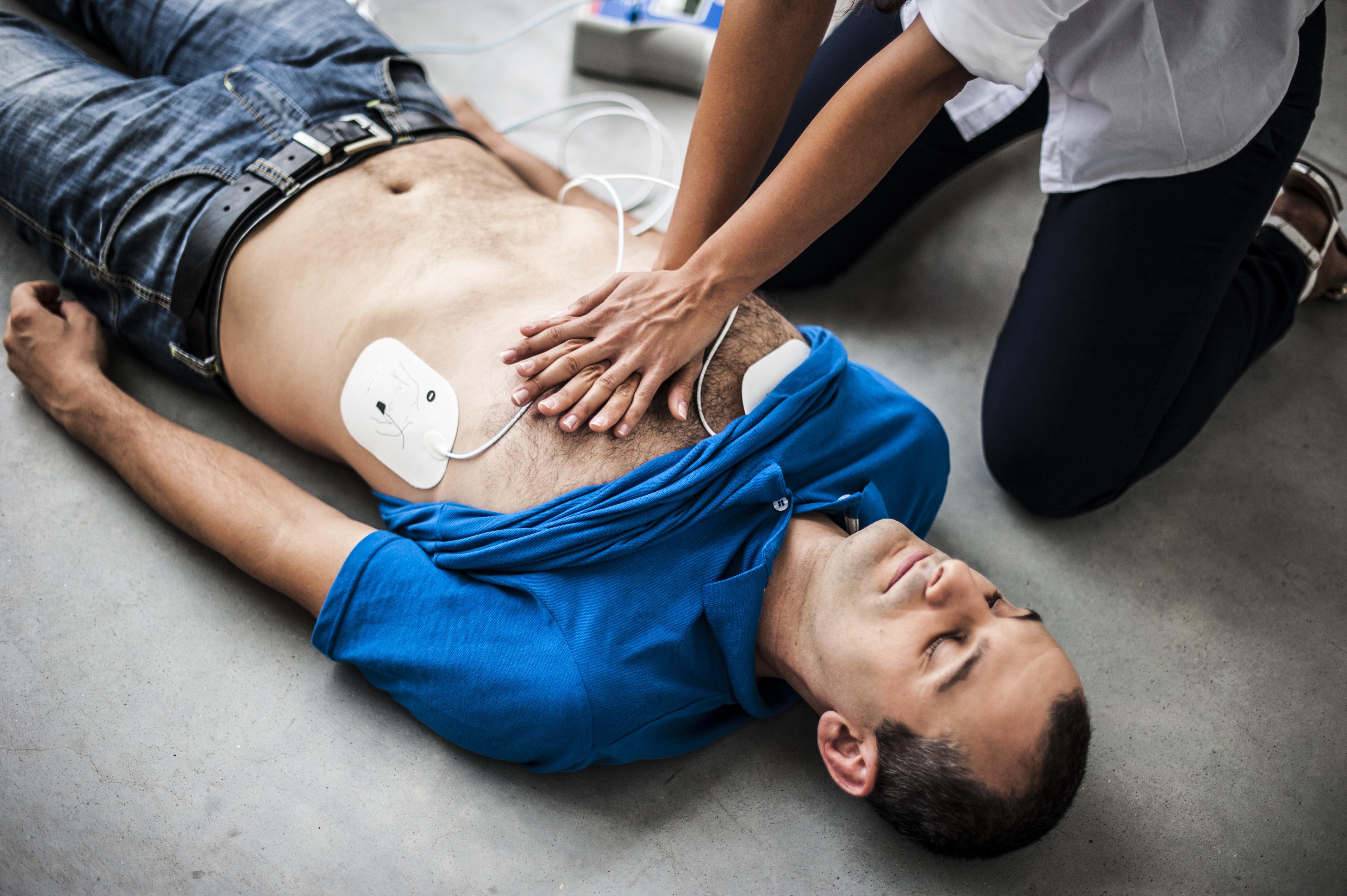 Ett snabbt ingripande med hjärtstartare kan vara avgörande för om en hjärtstoppspatient överlever eller inte.