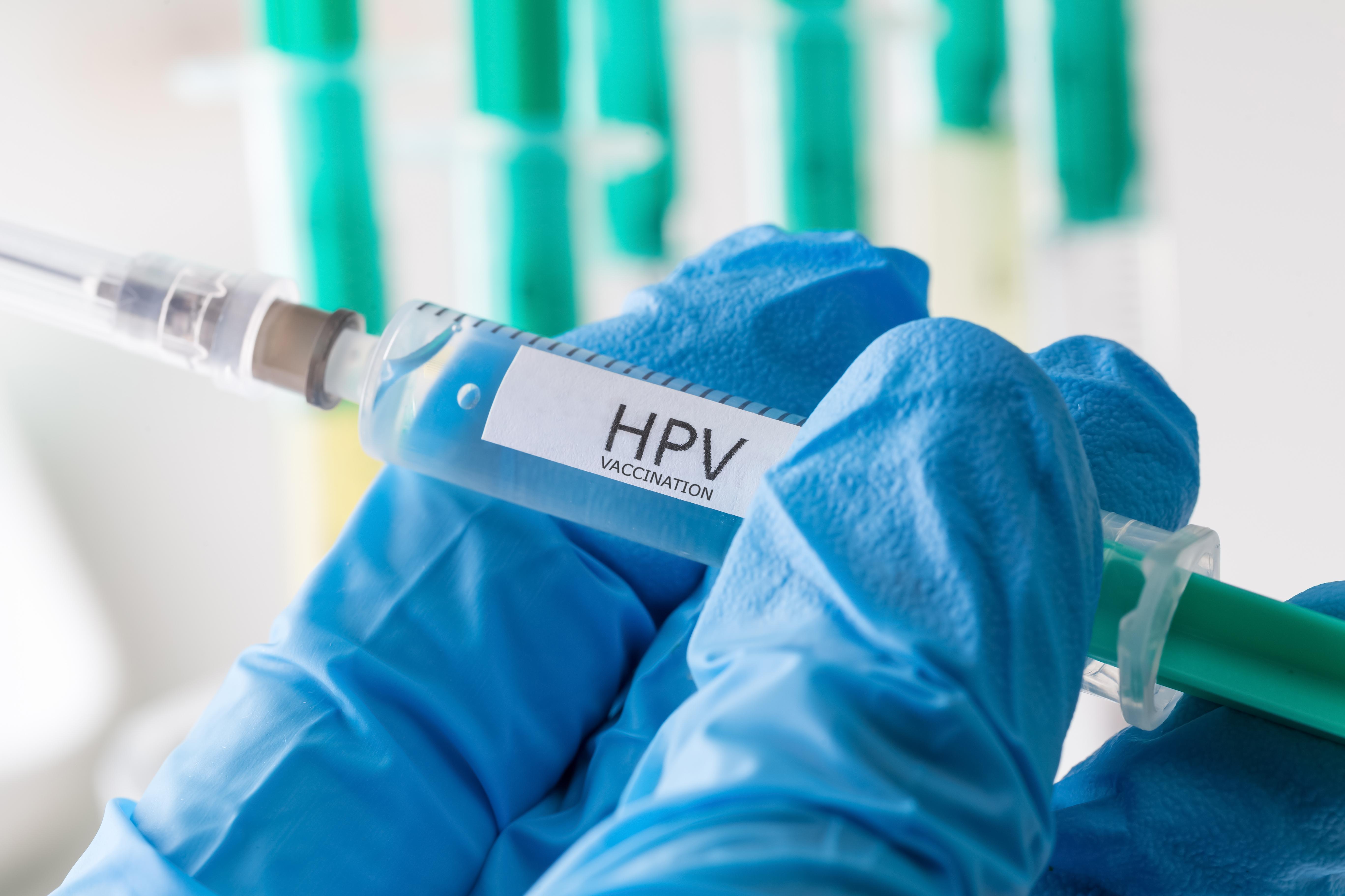 Att vaccinera pojkar kan få en skyddande effekt då flickor som inte är direkt vaccinerade får ett indirekt skydd genom att männen är skyddade.
