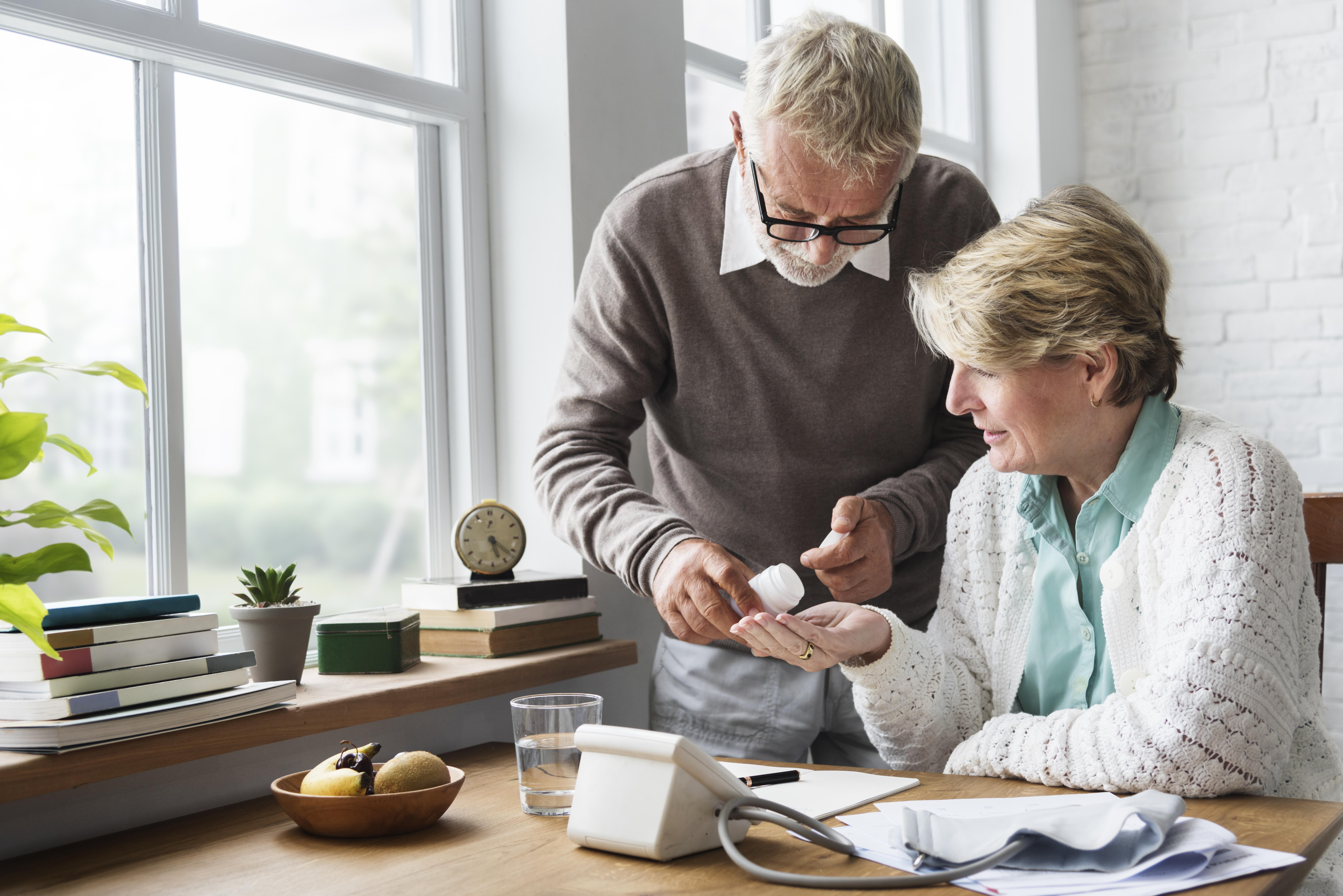 Statiner är den vanligaste behandlingsformen mot höga kolesterolvärden och studien visar att det är olämpligt sluta medicinera med statiner bara för att vi blir äldre.